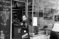 MARATHON MÜNCHEN 2017 SUGAR & PAIN TEAM Run Four Good mit Speed, Spirit und viel Spass / Kerstin holt schnell noch Croissant und Baguette zum Petit Dejeuner aus der Boulangerie mit unserer limitierten SUGAR & PAIN Junk Bag © Stefan Drexl