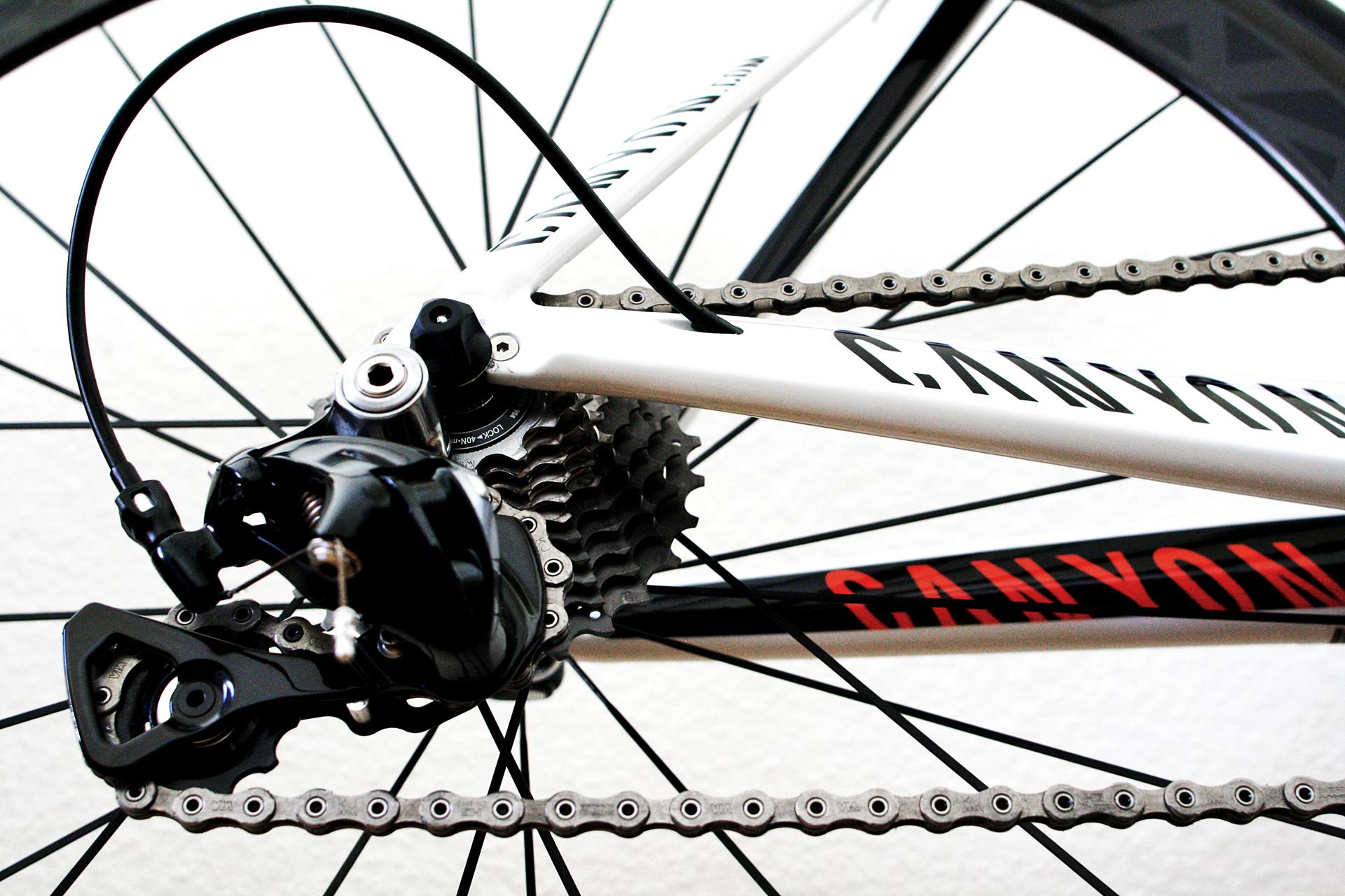 Spätestens mit dem ersten Schnee heisst es ordentlich das Rennrad reinigen bevor es dann für einige Wochen verschwindet und da sind manche Video Tipps vom Profi sehr hilfreich. Vor allem Schaltung und Kette sind starkem schmutz ausgesetzt. In diesem Videobeitrag reinigt der Kenny Latomme, ein Mechaniker des Omega Pharma-QuickStep (OPQS) Teams eines der Pro-Bikes und zeigt wie es richtig und vor allem auch relativ zügig geht.