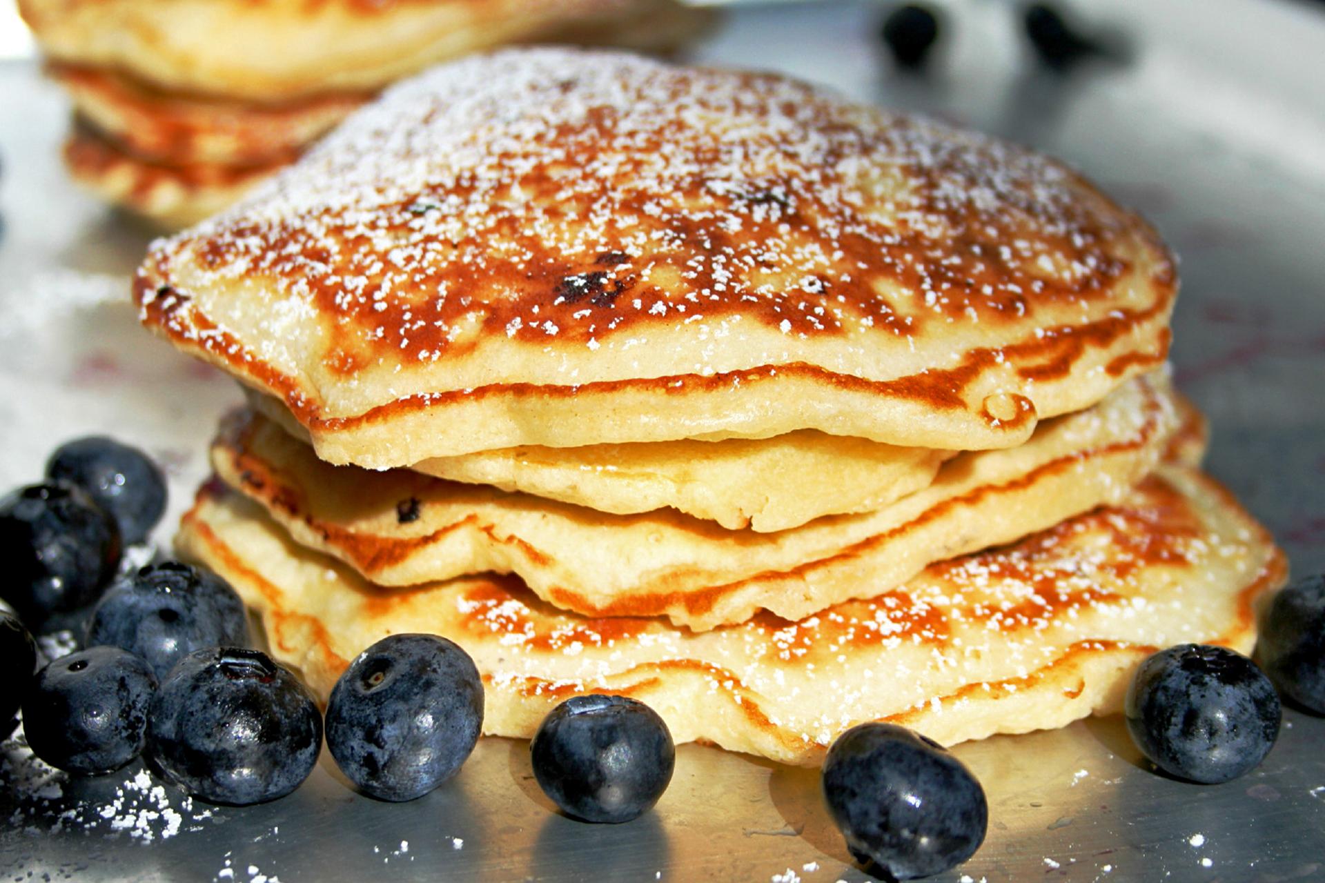 Ideal zum Frühstück, vor dem Training oder einem Wettkampf sind luftige Buttermilch Pancakes mit Blaubeeren.