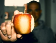 Der erste Biss in einen Apfel nach dem Fasten ist wunderbar und sehr geschmacksintensiv. Jedes Stückchen genieße ich besonders lang. Die Geschmacksnerven liegen blank nach der Fastenzeit und erzeugen ein wahres Gaumenfeuerwerk und unbeschreibliches Glücksgefühl im Mund. Wahrscheinlich ist man keine Apfel isst länger und so bewusst während des restlichen Jahres. Zuletzt habe ich vor drei Wochen mit einem Apfel meine letzte Mahlzeit gegessen und seither keine feste Nahrung mehr zu mir genommen. Meine Fastenzeit, einmal im Jahr.