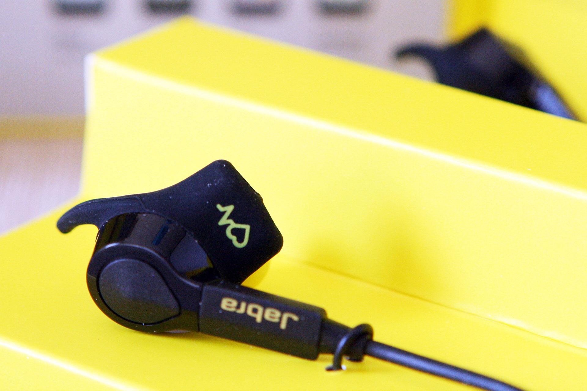 Druckknopf für den Batteriestatus am Ohrstöpsel des Jabra Sport Pulse Wireless