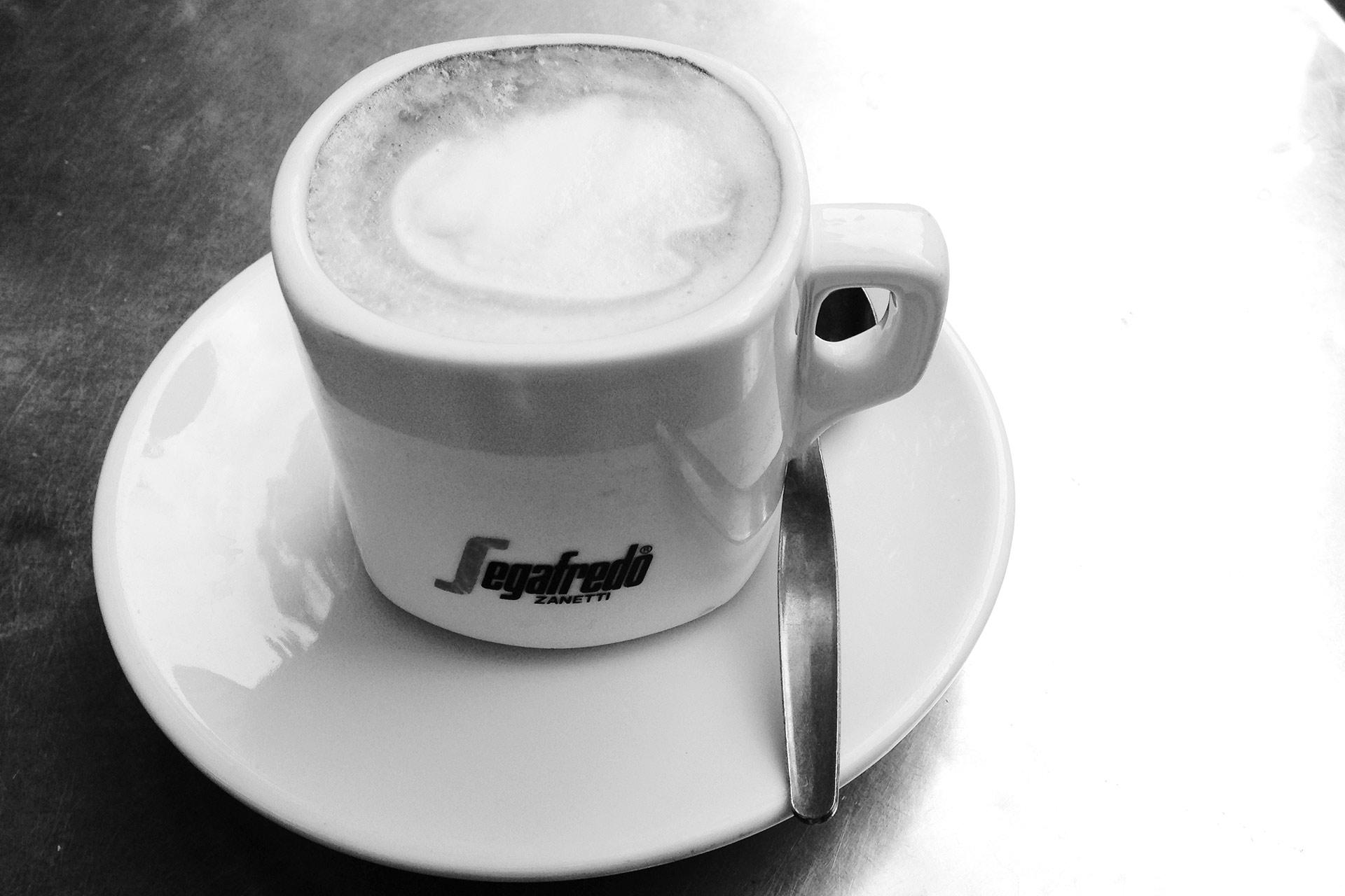 KOFFEIN IM BLUT: Ein Espresso ist Rennradkultur und macht Druck – ein Klassiker mit zuzverlässiger Bohnenqualität im Café SEGAFREDO © stefandrexl.de