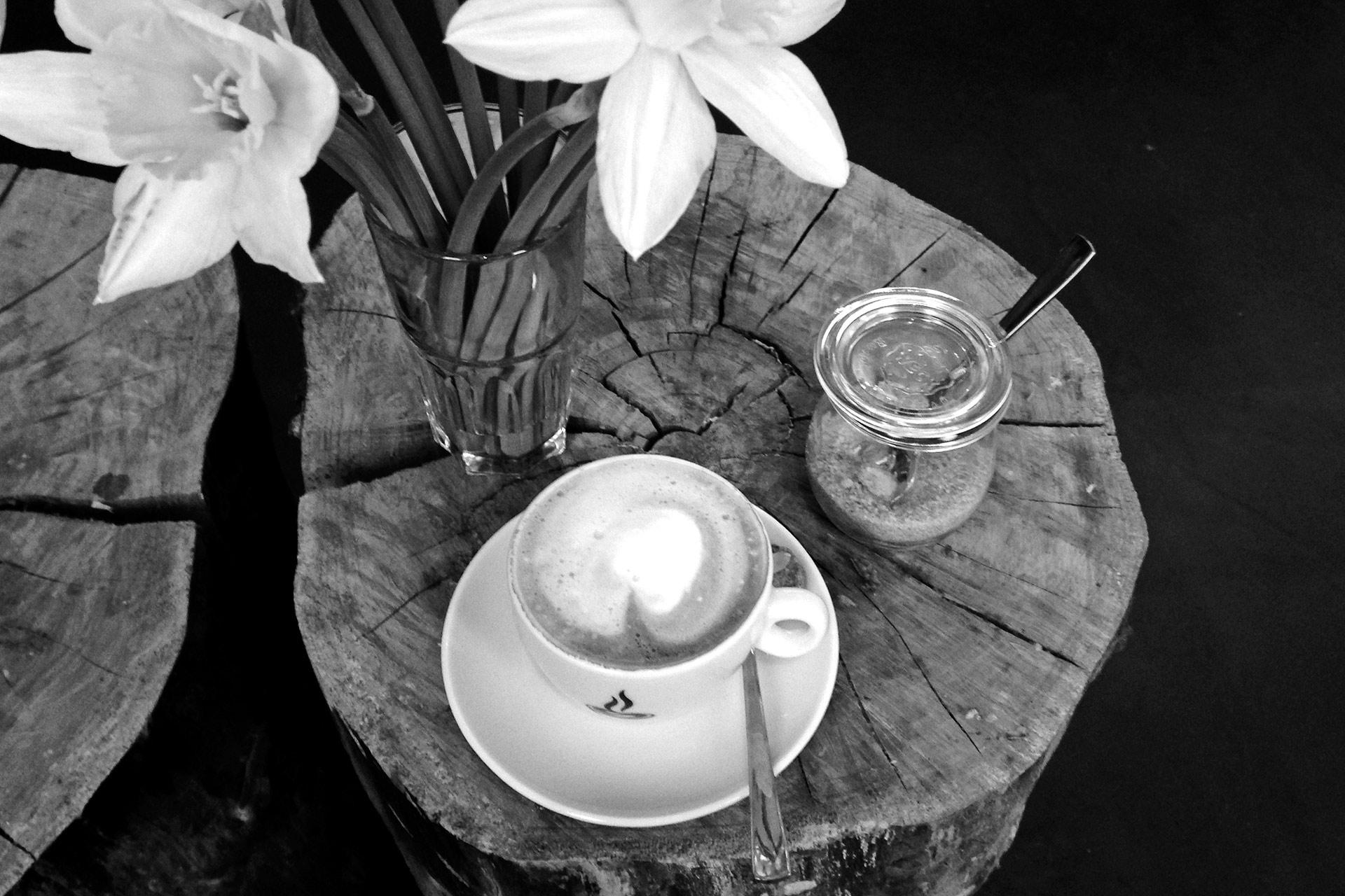 KOFFEIN IM BLUT: Ein Espresso ist Rennradkultur und macht Druck – feiner nussiger Bohne von Supremo im Cappuccino in der LEHMANN Pattisserie © stefandrexl.de