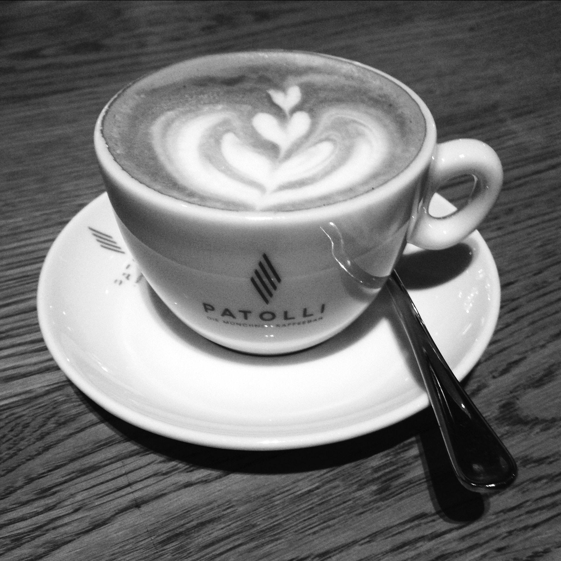 KOFFEIN IM BLUT: Ein Espresso ist Rennradkultur und macht Druck – Cappuccino mit Barista-Kunst in der Kaffeebar Patolli © stefandrexl.de