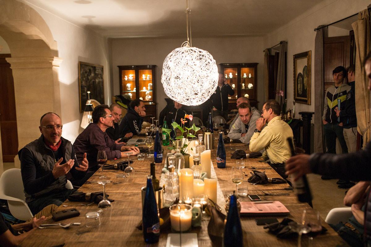 ON THE ROAD: Irgendwann ist immer das erste Mal(lorca) - Das gemeinsame Abendmahl an der langen Tafel der Finca Es Llobets lädt ein zum Analysieren, Fachsimpeln und gemütlichen Zusammensein ©irmokeizer.com