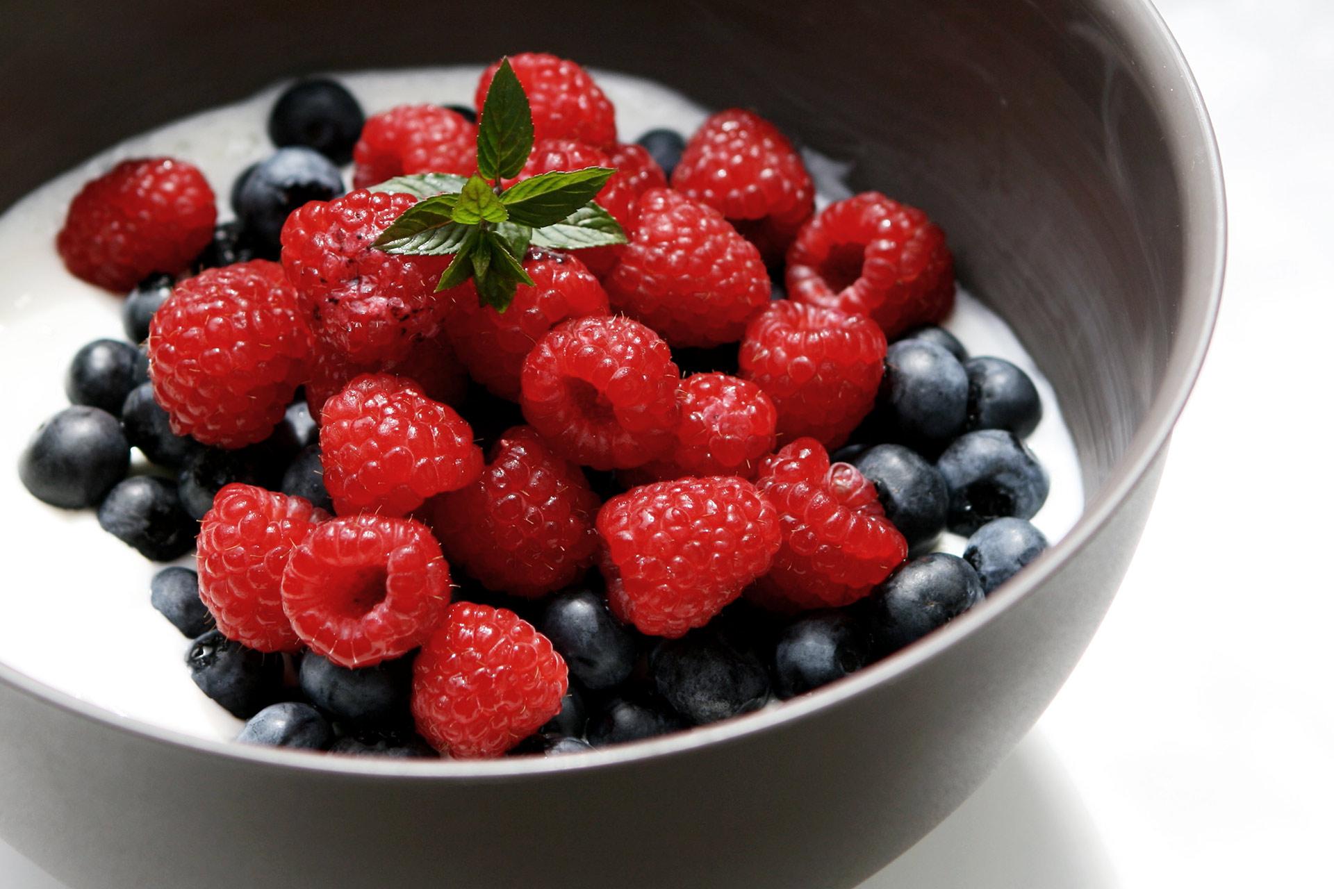 ECHT IS(S)T BESSER! Der Mehrwert natürlicher Nahrungsmittel im Sport: Nahrung für's Gehirn und Muskeln - Quark mit Blaubeeren und Himbeeren