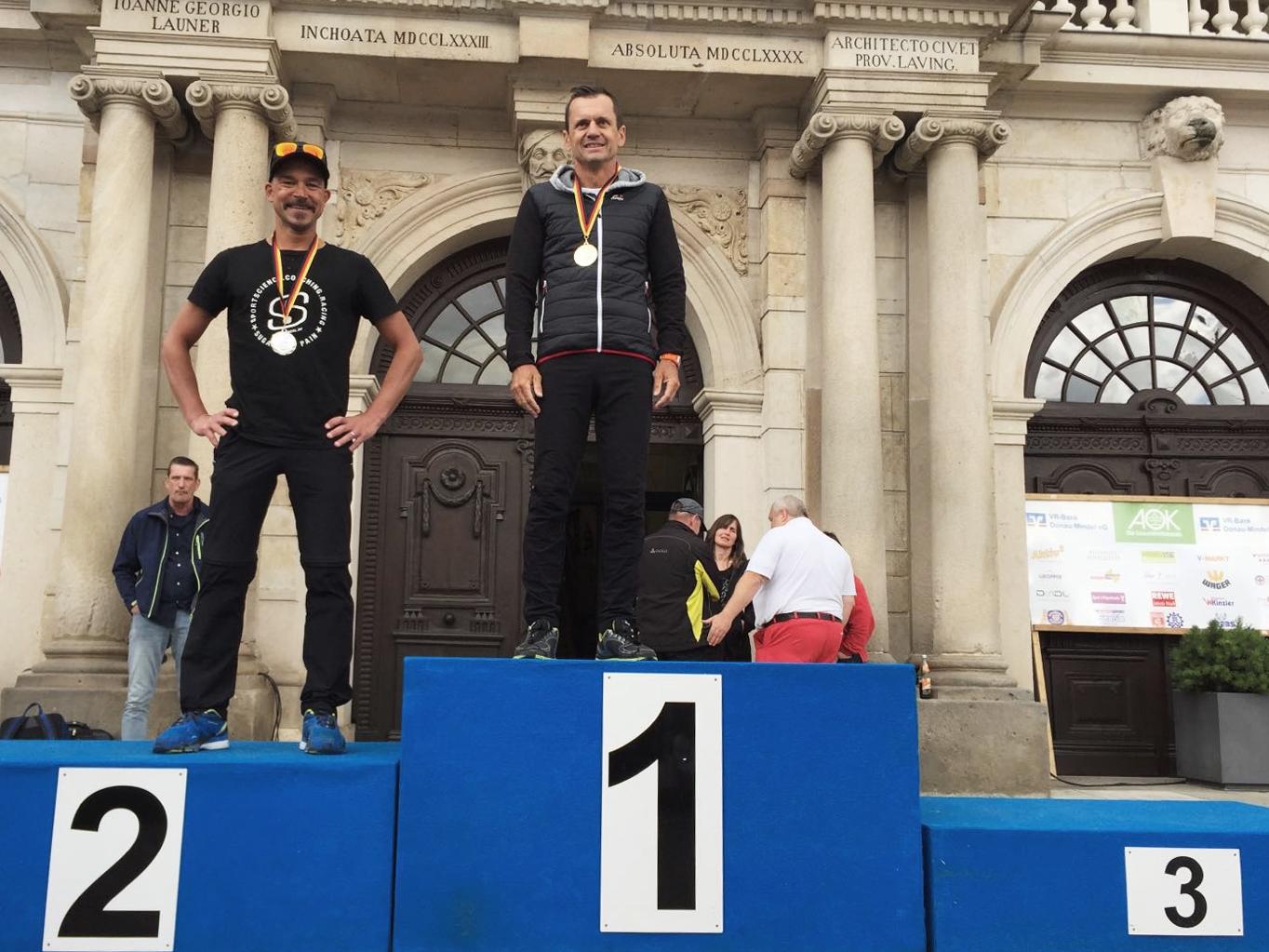 TRIATHLON MITTELDISTANZ Bayerischer Meister 2016 mit Rock 'n' Roll im Kopf /  Siegerehrung Mitteldistanz mit Stefan Drexl und Thomas Hellriegel (v. l.) © Karl Aumiller