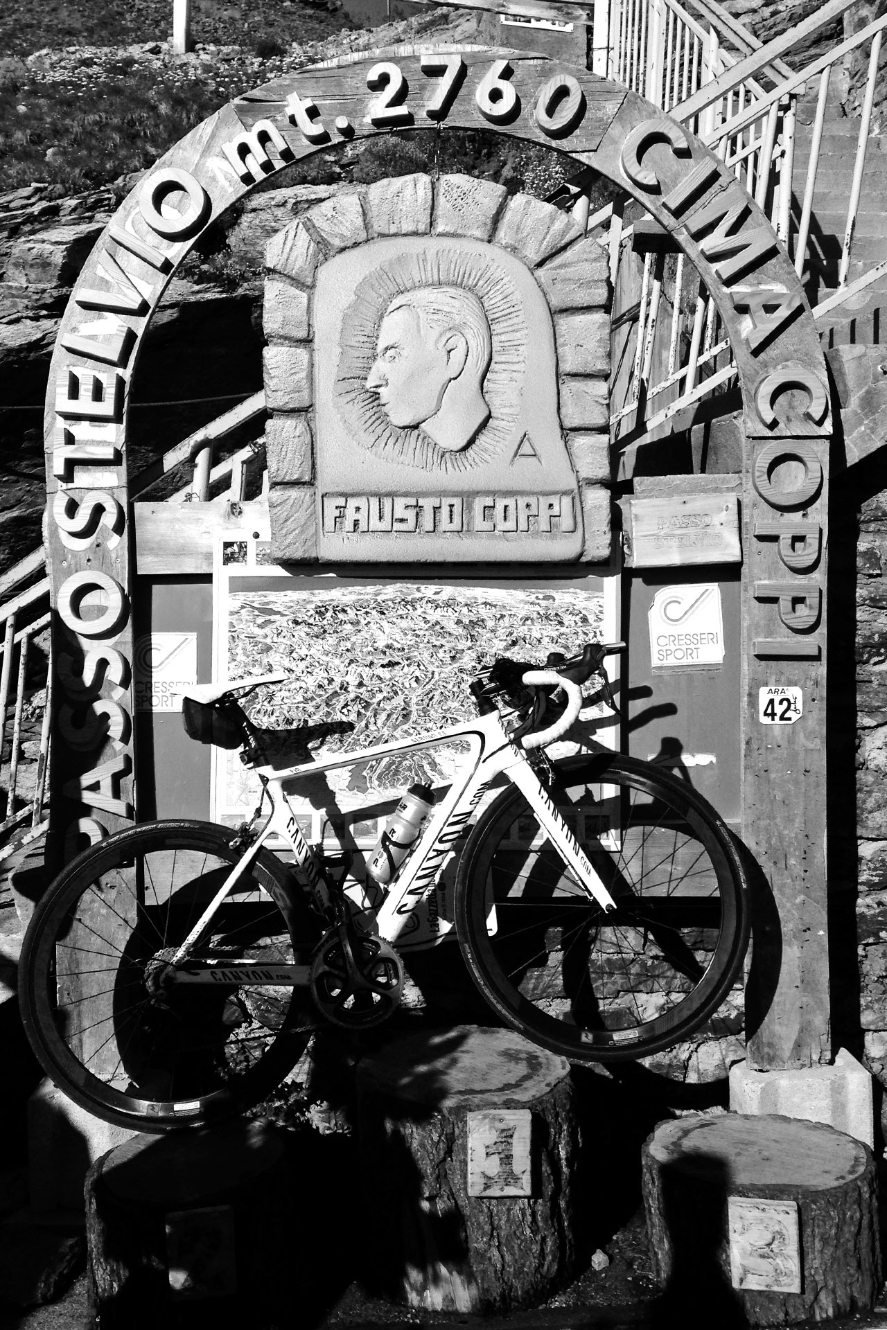DAS STILFSER JOCH 48 Kehren in Fels gemeisselt / Ein Denkmal für einen der größten italienischen Radfahrer der Vergangenheit: Fausto Coppi © stefandrexl.de