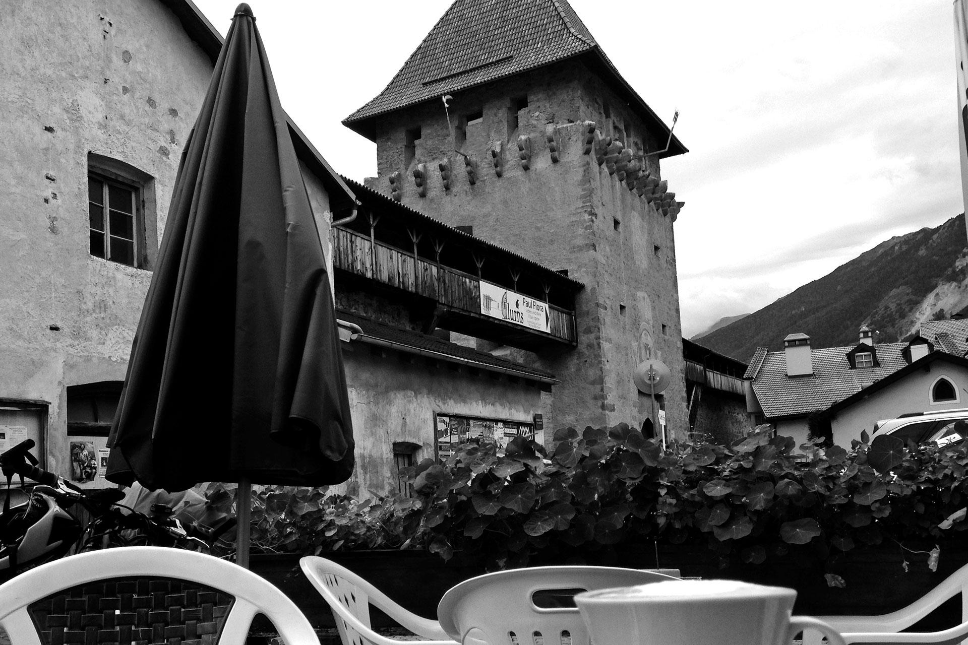 DAS STILFSER JOCH 48 Kehren in Fels gemeisselt / Cappuccino in Glurns in der Regenpause © stefandrexl.de
