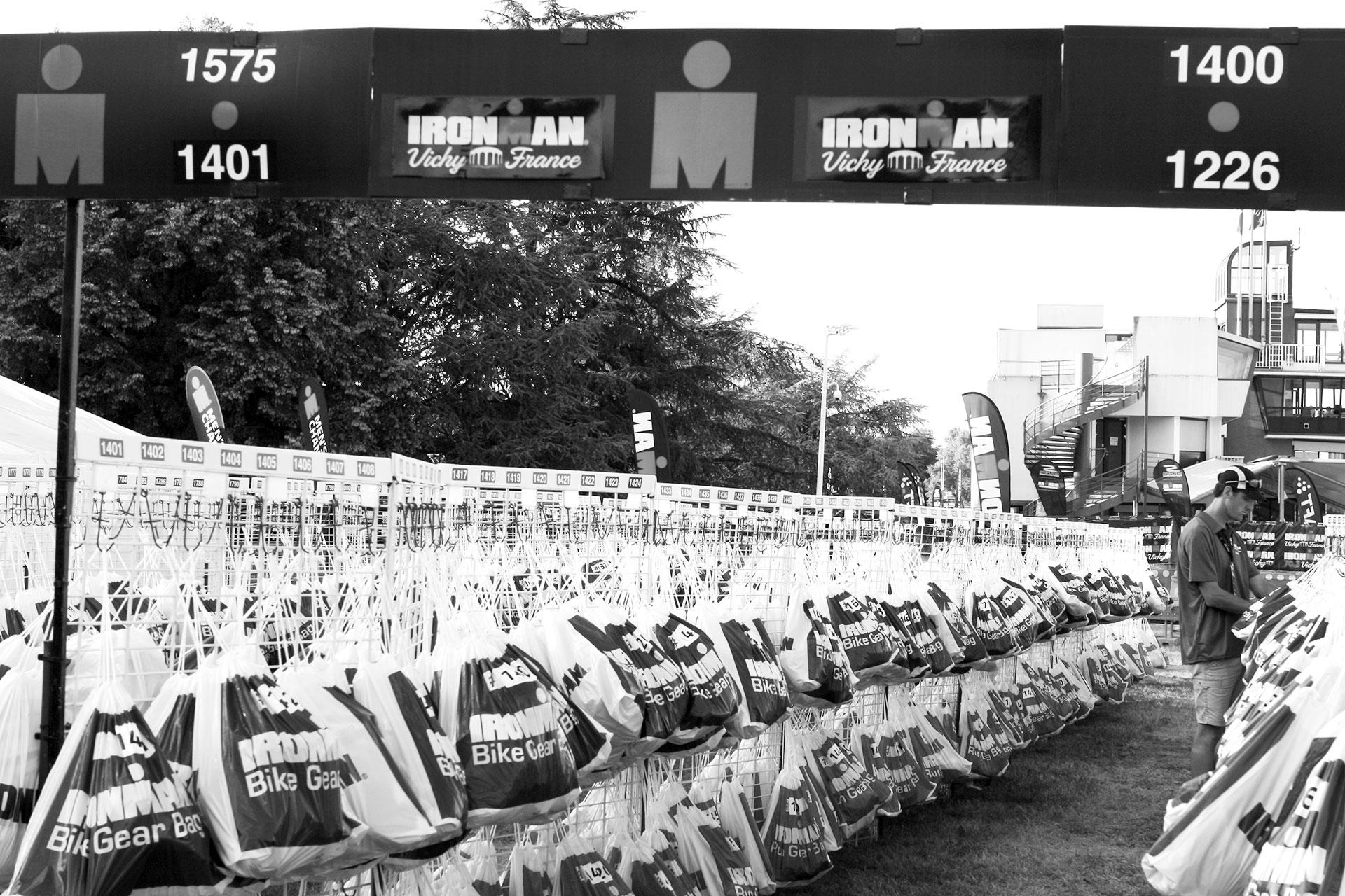 IRONMAN VICHY 2016 The Story: Echter Erfolg mit virtuellen Nebenwirkungen / Zwei Mal 2000 Wechselbeutel für's Bike Gear und Run Gear, dazwischen hängen meine mit Startnummer 1446 ©stefandrexl.de