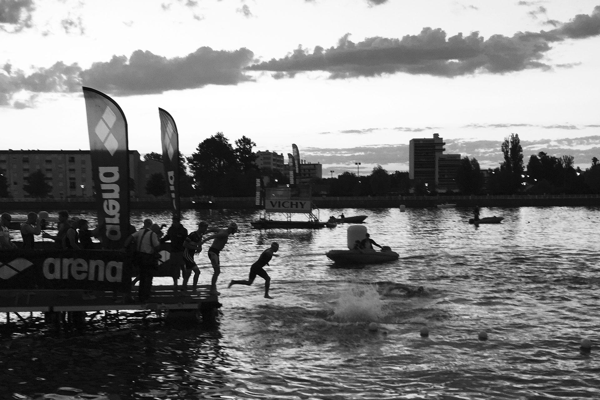 IRONMAN VICHY 2016 The Story: Echter Erfolg mit virtuellen Nebenwirkungen / Stau am Ponton und die Zeit läuft: Der Schwimmstart mit Rolling Start gleicht selbst bei einigen schnelleren Triathleten einem planlosen Sprung ins Ungewisse ©stefandrexl.de