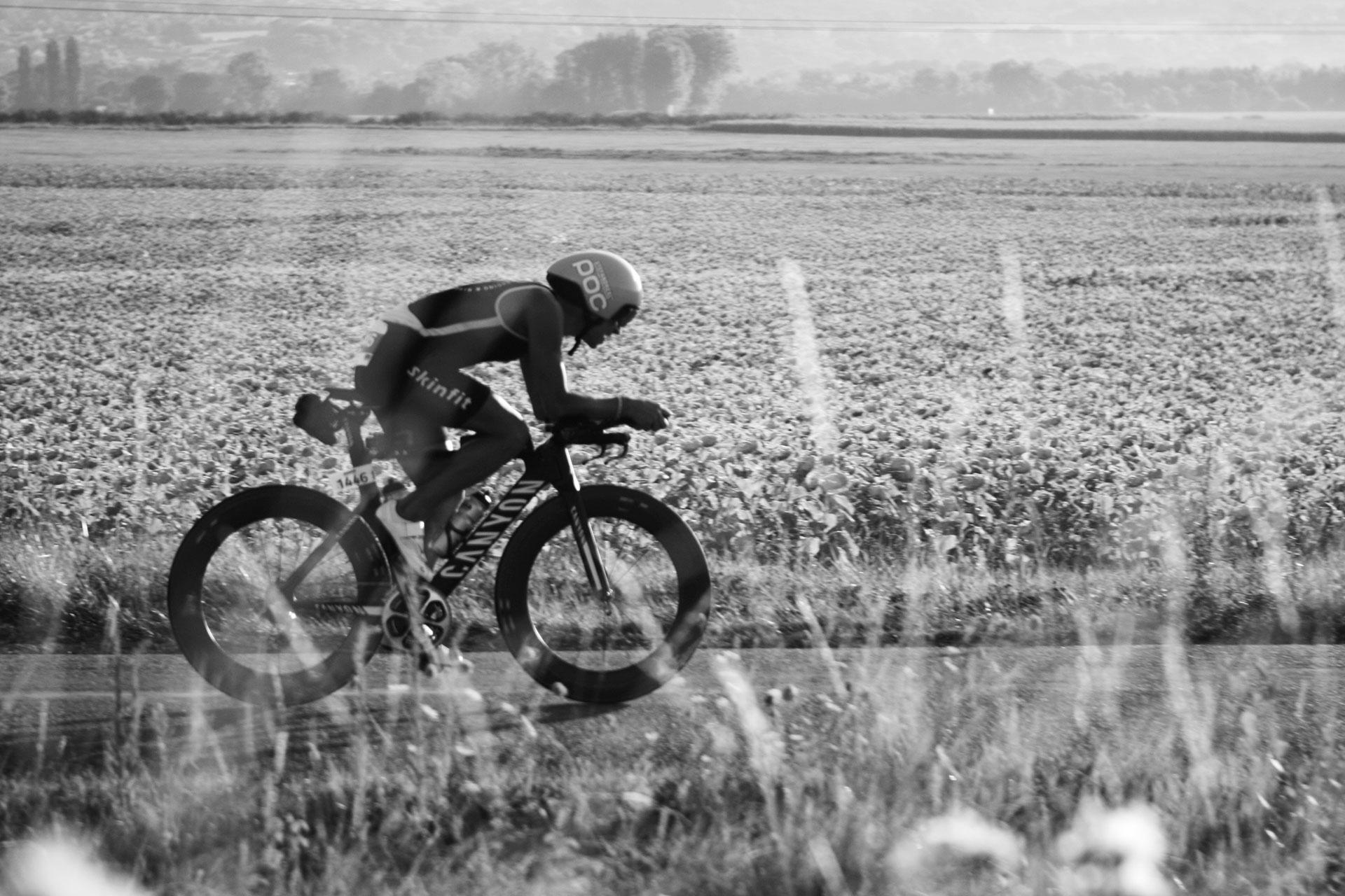 IRONMAN VICHY 2016 The Story: Echter Erfolg mit virtuellen Nebenwirkungen / Feuer frei: Mit Fullspeed über die Felder im Val d'Allier ©stefandrexl.de