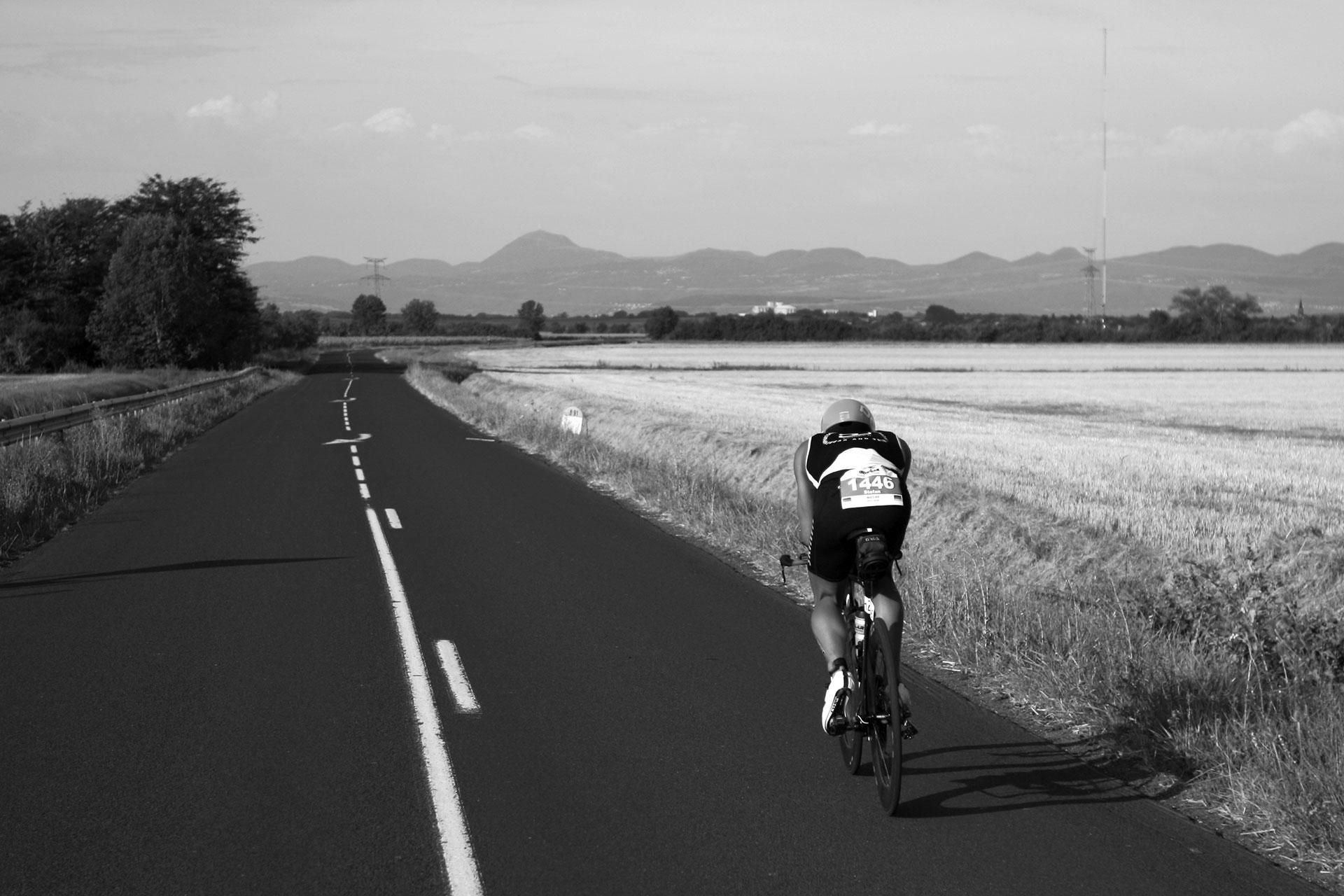IRONMAN VICHY 2016 The Story: Echter Erfolg mit virtuellen Nebenwirkungen / Lange Geraden und eine überwältigende Aussicht auf den Puy de Dôme ©stefandrexl.de