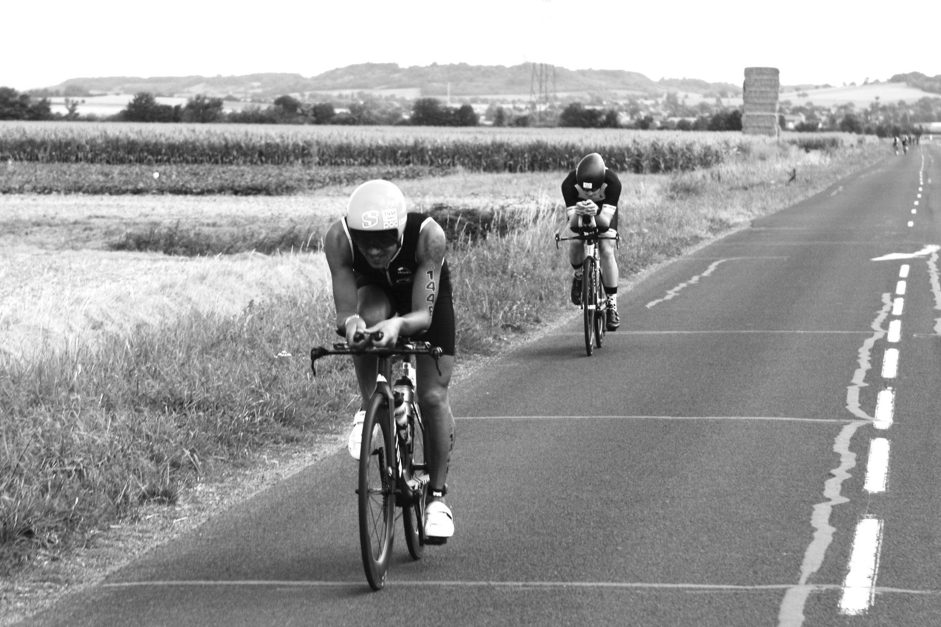 IRONMAN VICHY 2016 The Story: Ständiger Gegenwind auf den langen Geraden durch die Auvergne - ob der Abstand wohl noch regelkonform ist ©stefandrexl.de