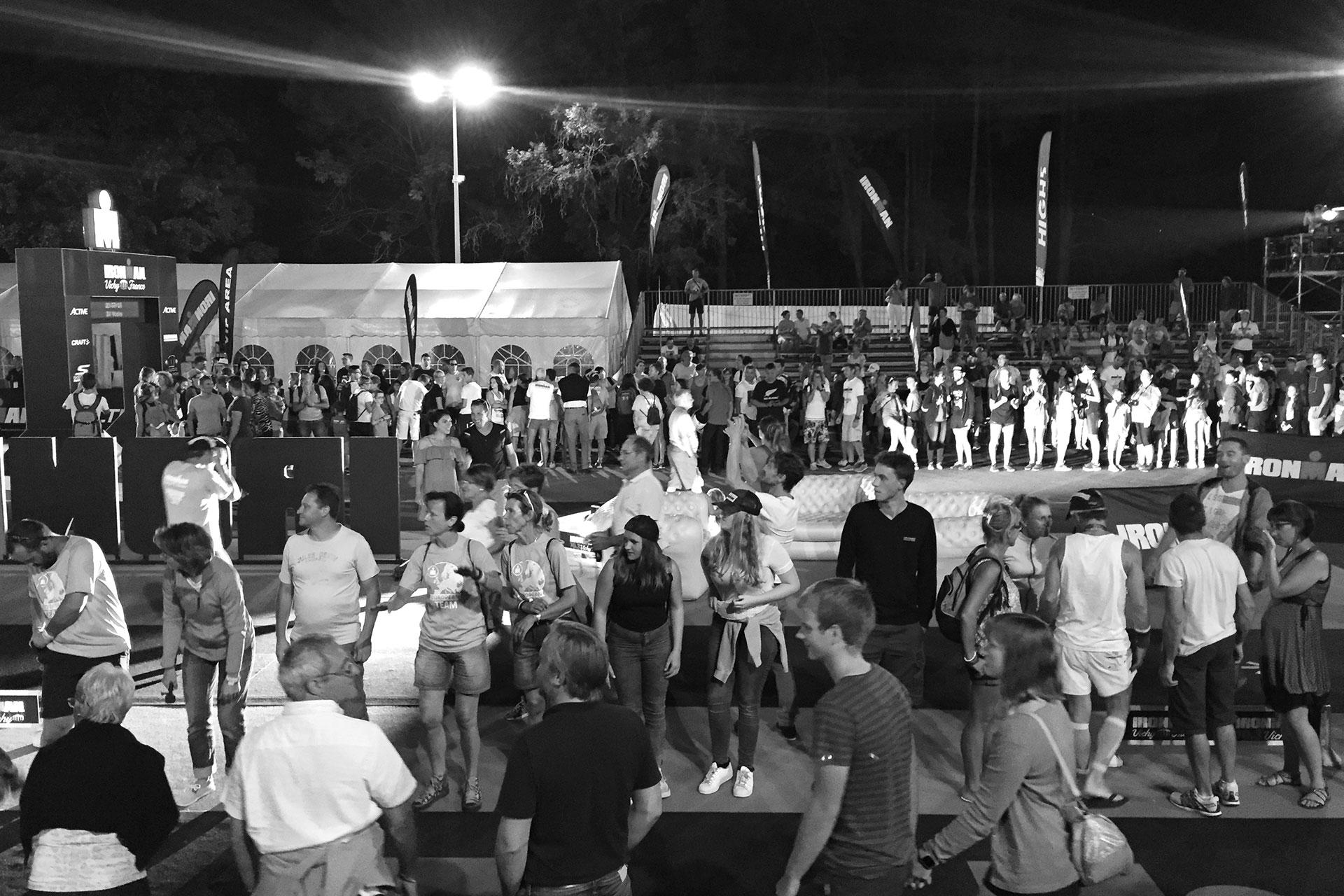 IRONMAN VICHY 2016 The Story: Finisherparty mit dem Empfang der letzten Triathleten kurz vor Zielschluss um 23:20 Uhr ©stefandrexl.de