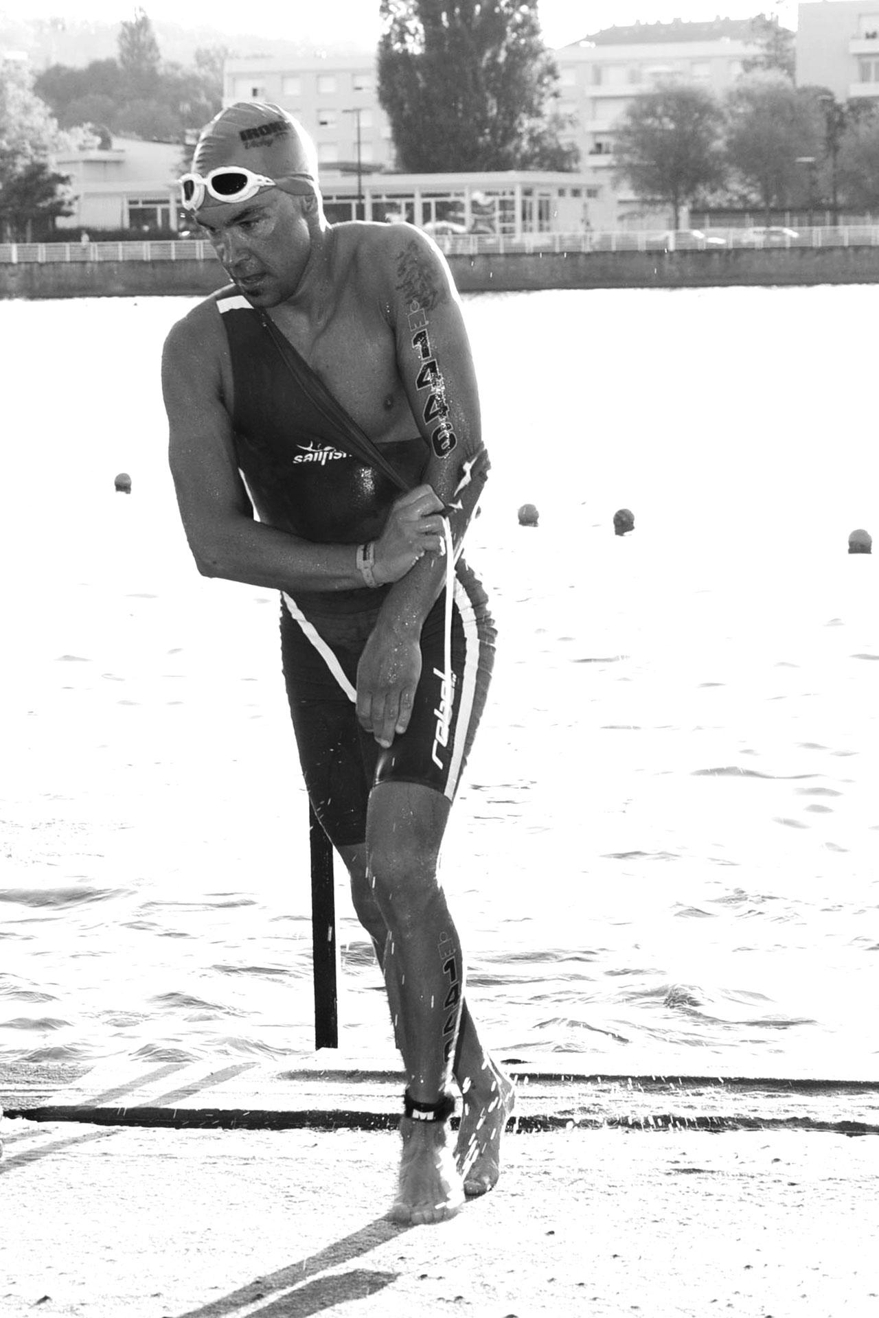 IRONMAN VICHY 2016 The Story: Nach 3,8 km im Lac d'Allier schnell den Sailfish Speedsuit abstreifen und das runter gerollte Tri Top wieder anziehen ©stefandrexl.de