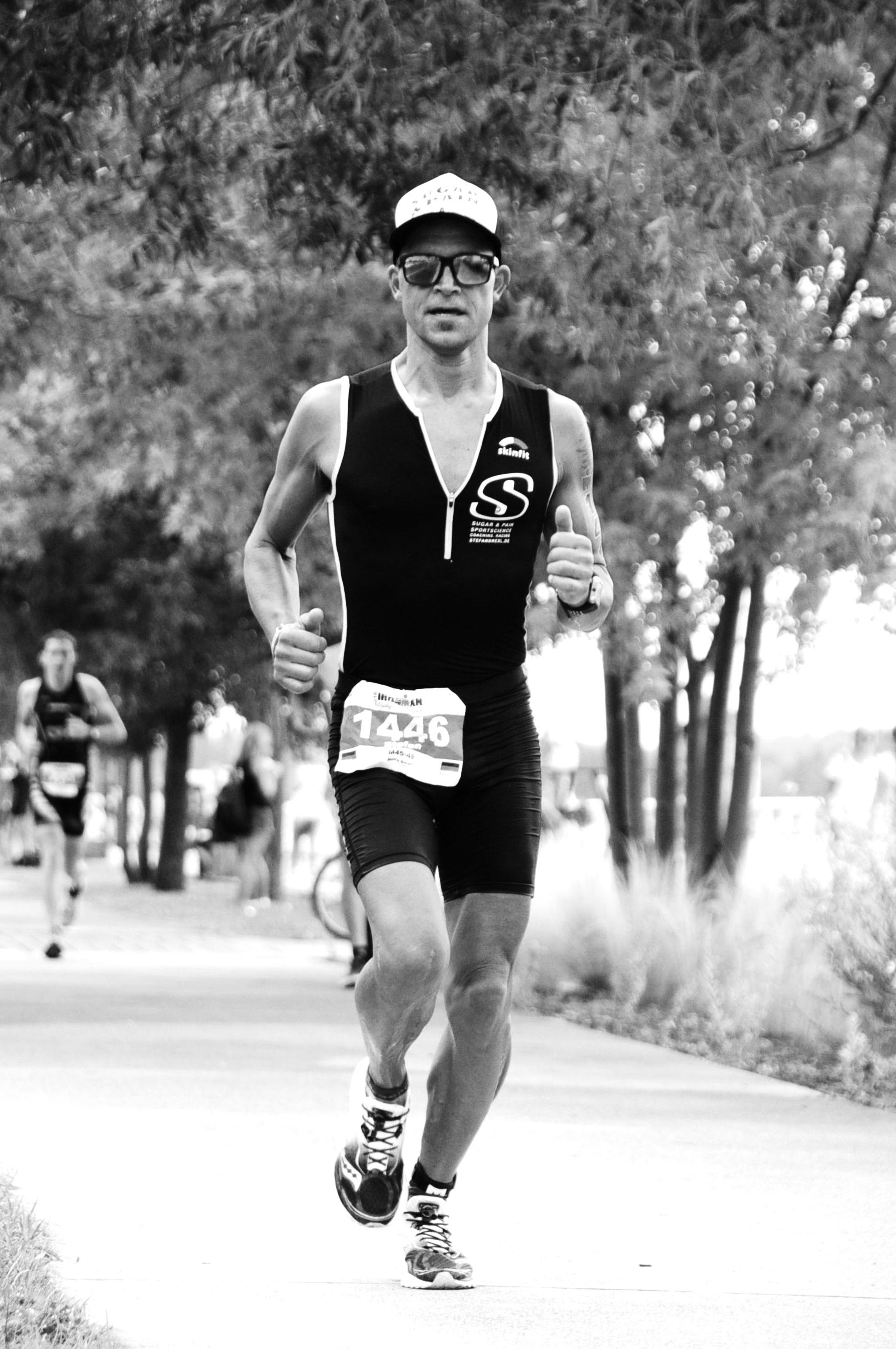 IRONMAN VICHY 2016 The Story: Konzentriert und fokusiert, den Kopf hoch und den Blick immer nach vorne gerichtet läuft's diesmal schnell im Marathon ©stefandrexl.de