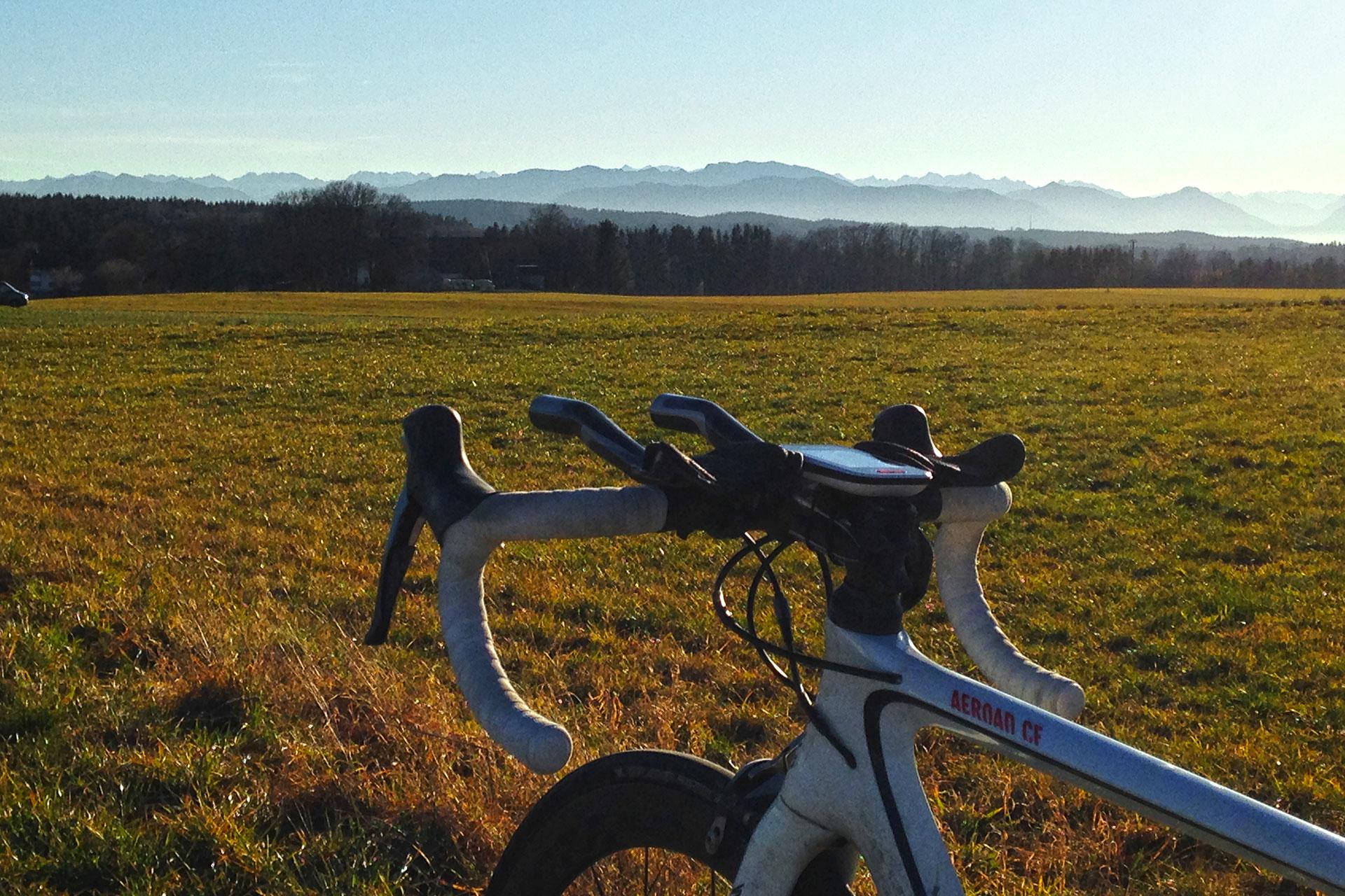 KOFFEIN IM BLUT: Durch die Espressowüste mit dem Rennrad / Mit dem Rennrad vorbei am Starnberger See und den Osterseen, und dann kommt man nach Markt Murnau am Staffelsee.