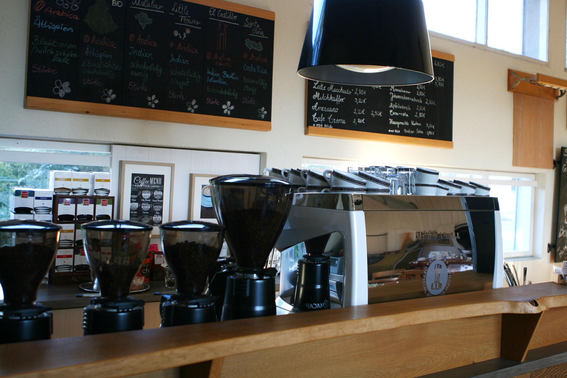 KOFFEIN IM BLUT: Durch die Espressowüste mit dem Rennrad / Vom Mahlgrad und dem Tampen über die Extraktion bis zum richtigen Milchschäumen und der Latte Art entdeckt man in der Murnauer Kaffeerösterei echte Begeisterung, die ansteckend ist und natürlich auch schmeckt.