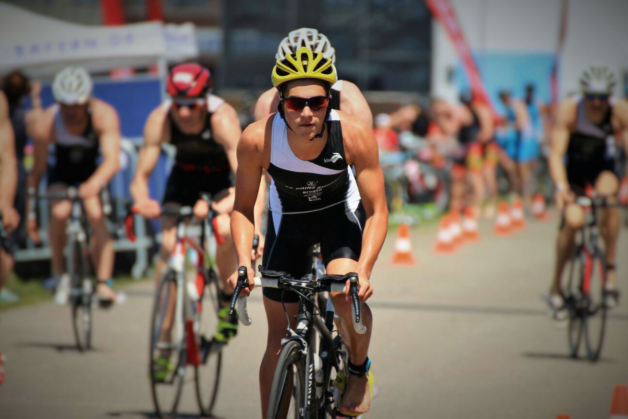 2017 0520 RACE TRI XS LIGA Weiden / Das SCPE Triathlon Team nach einem schnellen Wechsel im Formationsflug über die Radstrecke
