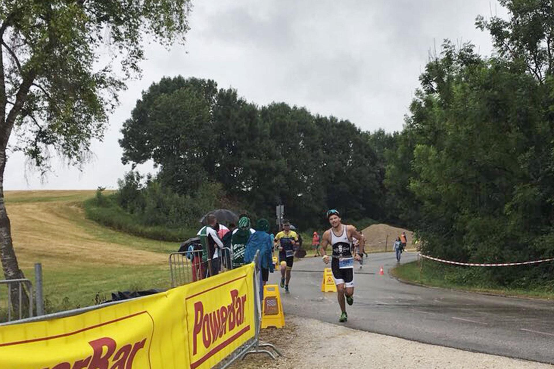 TRIATHLON CHIEMSEE 2017 Starke Erfolge im Kampf gegen die Elemente / Endlich ins Ziel abbiegen nach vier Runden und 20 Kilometern: Florian Sailer finisht in 4:30 H