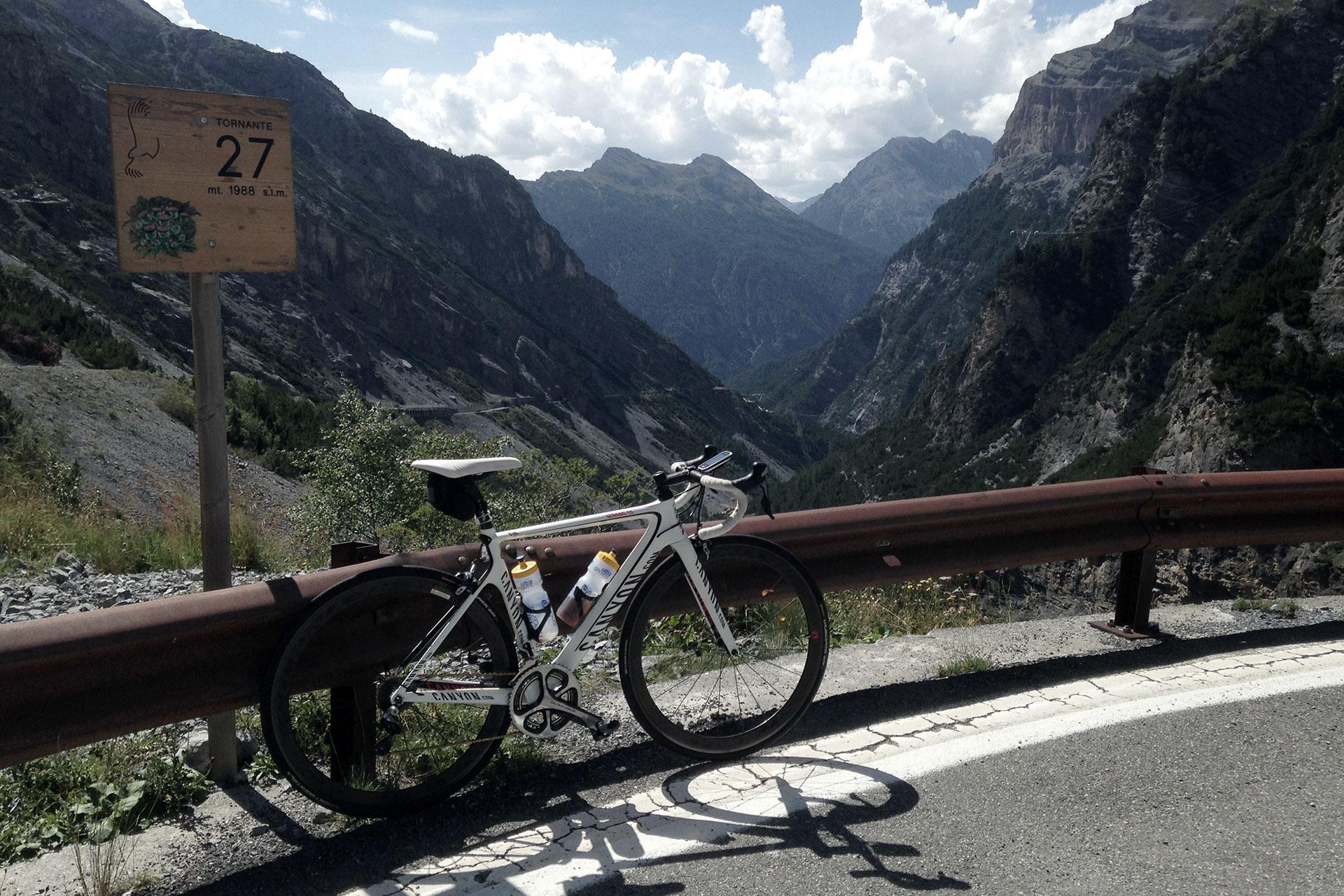 IRONMAN VICHY 2017 The Making of an Ironman Triathlete #3 / Von Bormio zum Stilfserjoch sind's 36 Kehren, nach der Hälfte des Anstiegs mit dem steilsten Teilstück von 14% sind schon neun geschafft © Stefan Drexl