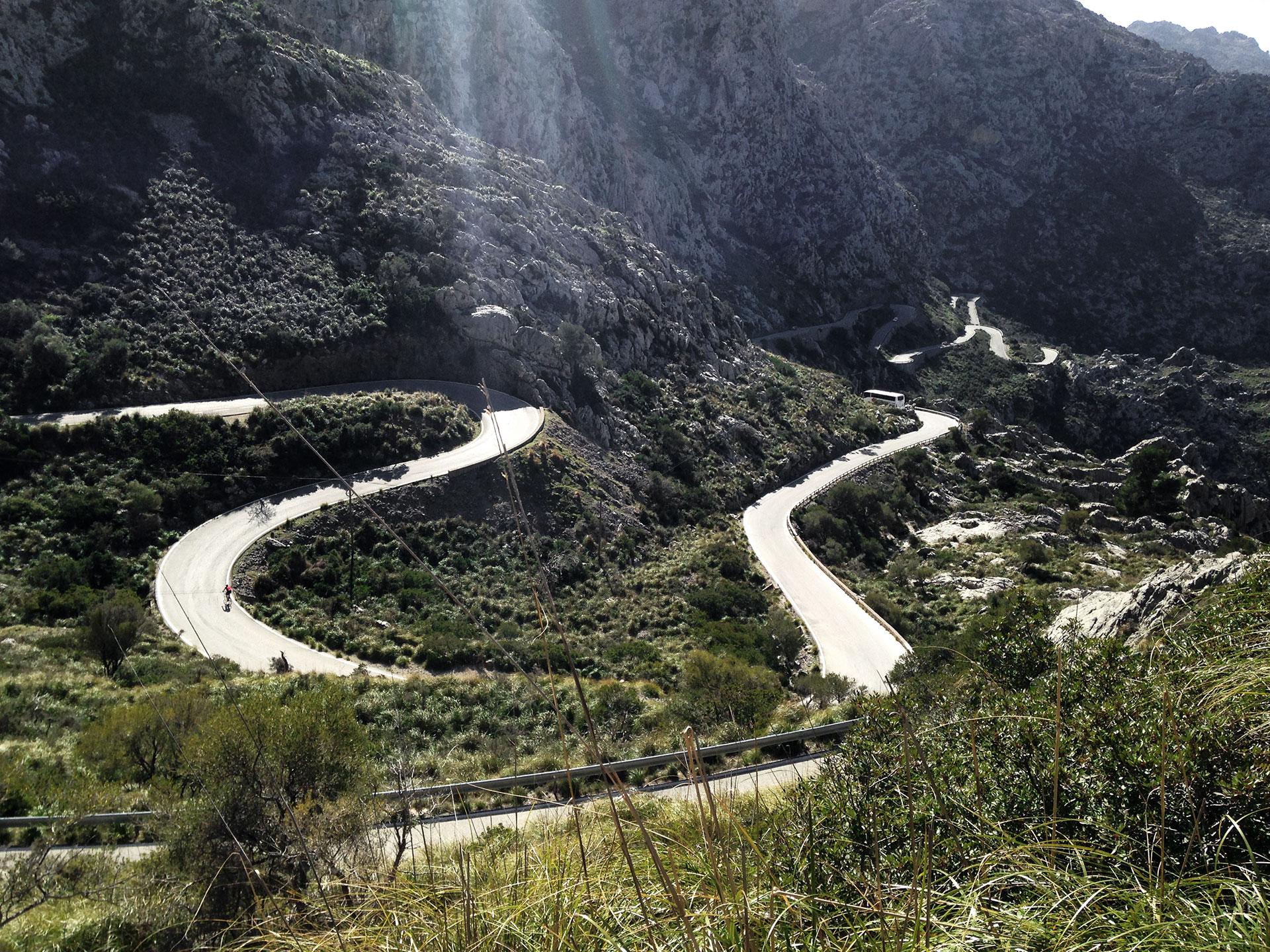 IRONMAN VICHY 2017 The Making of an Ironman Triathlete / Die Cobra von Sa Calobra - wie eine Schlange windet sich die Straße entlang der Berge vom Port Calobra hinauf zum Coll dels Reis © Stefan Drexl