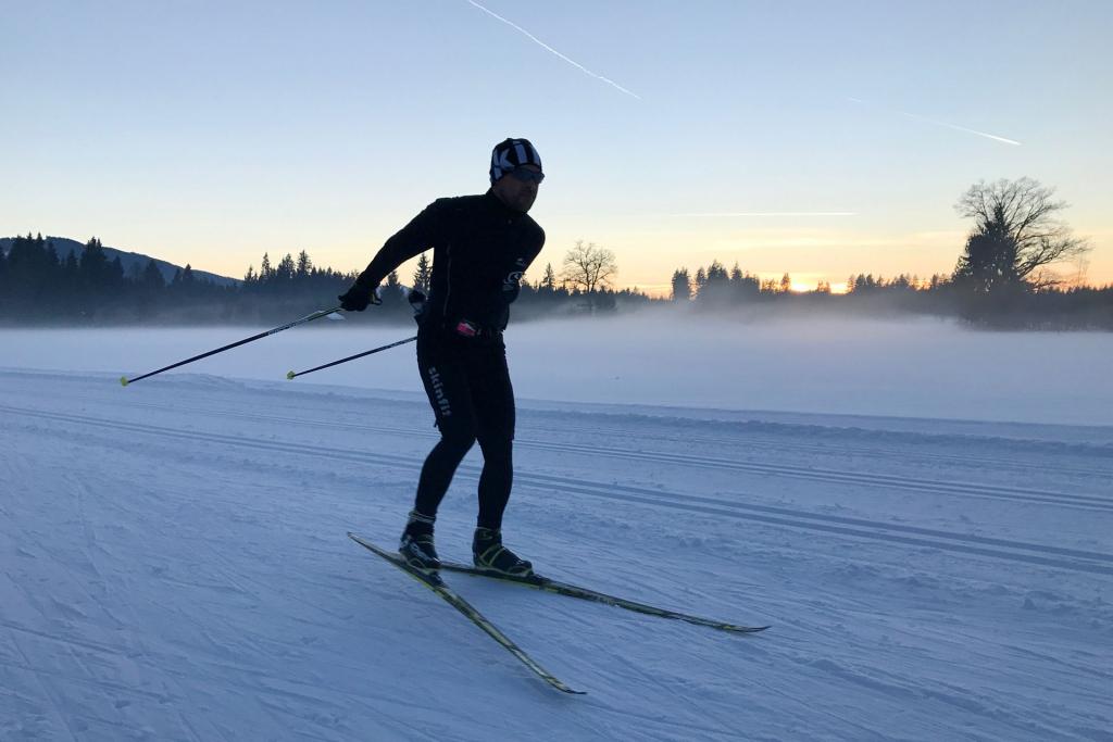 Eine optimale Trainingsalternative zu Schwimmen ist im Winter das konditionell und koordinativ sehr anspruchsvolle Langlaufen. Das Freistil Skating ist technisch besonders anspruchsvoll. © Simon Drexl