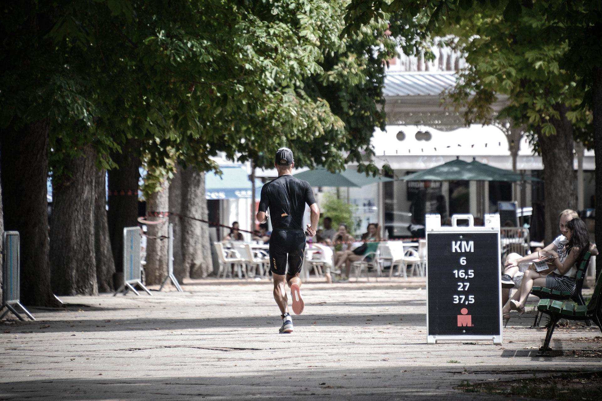 IRONMAN VICHY 2017 Der Dixie Race Report – Eine Wettkampfanalyse / Vier Mal geht's durch die Galerien der historischen Altstadt vorbei an der alten Oper © Moritz Werner