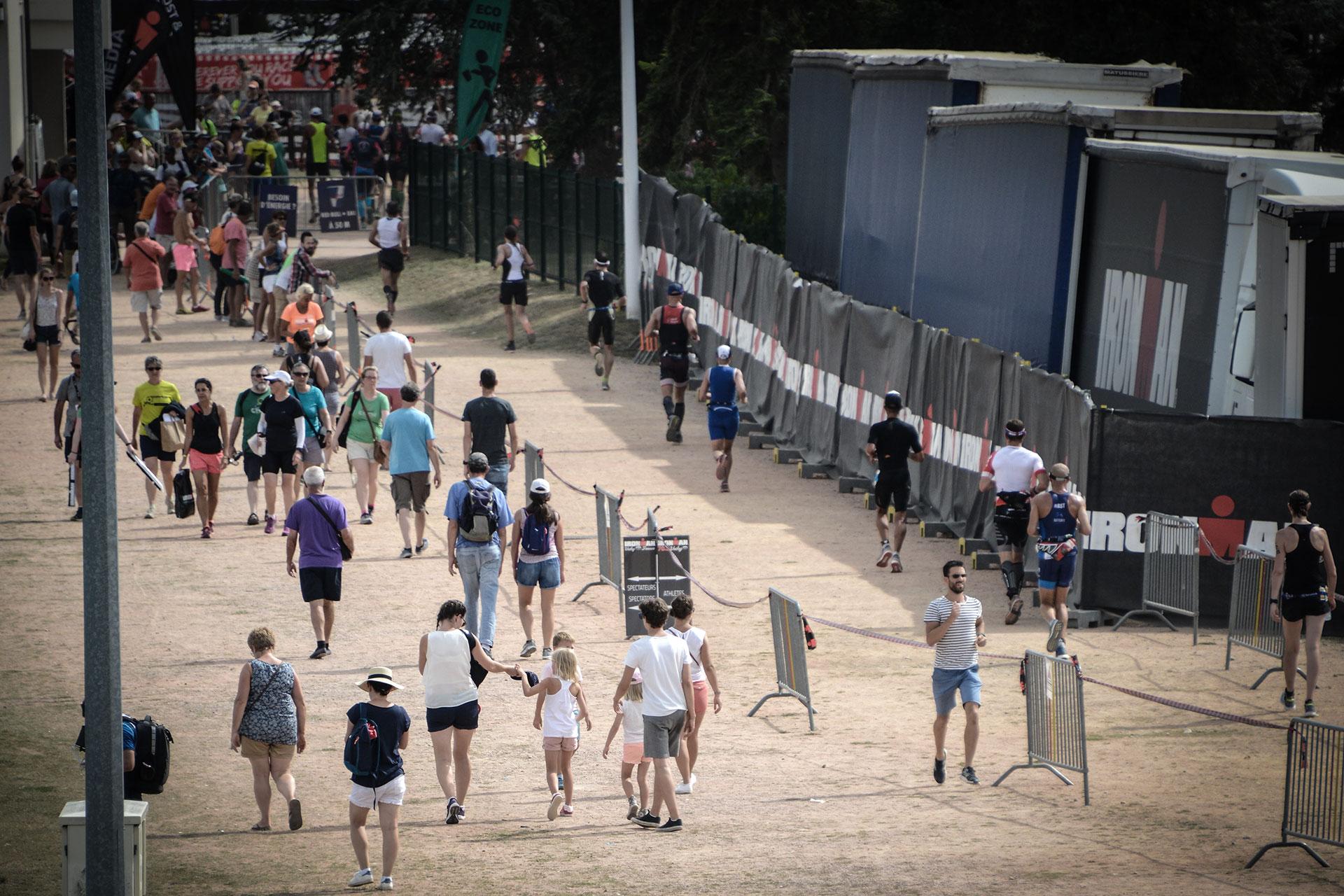 IRONMAN VICHY 2017 Der Dixie Race Report – Eine Wettkampfanalyse / Wo sind hier die Triathleten? Hochbetrieb auf der Laufstrecke vor dem Stadion © Moritz Werner