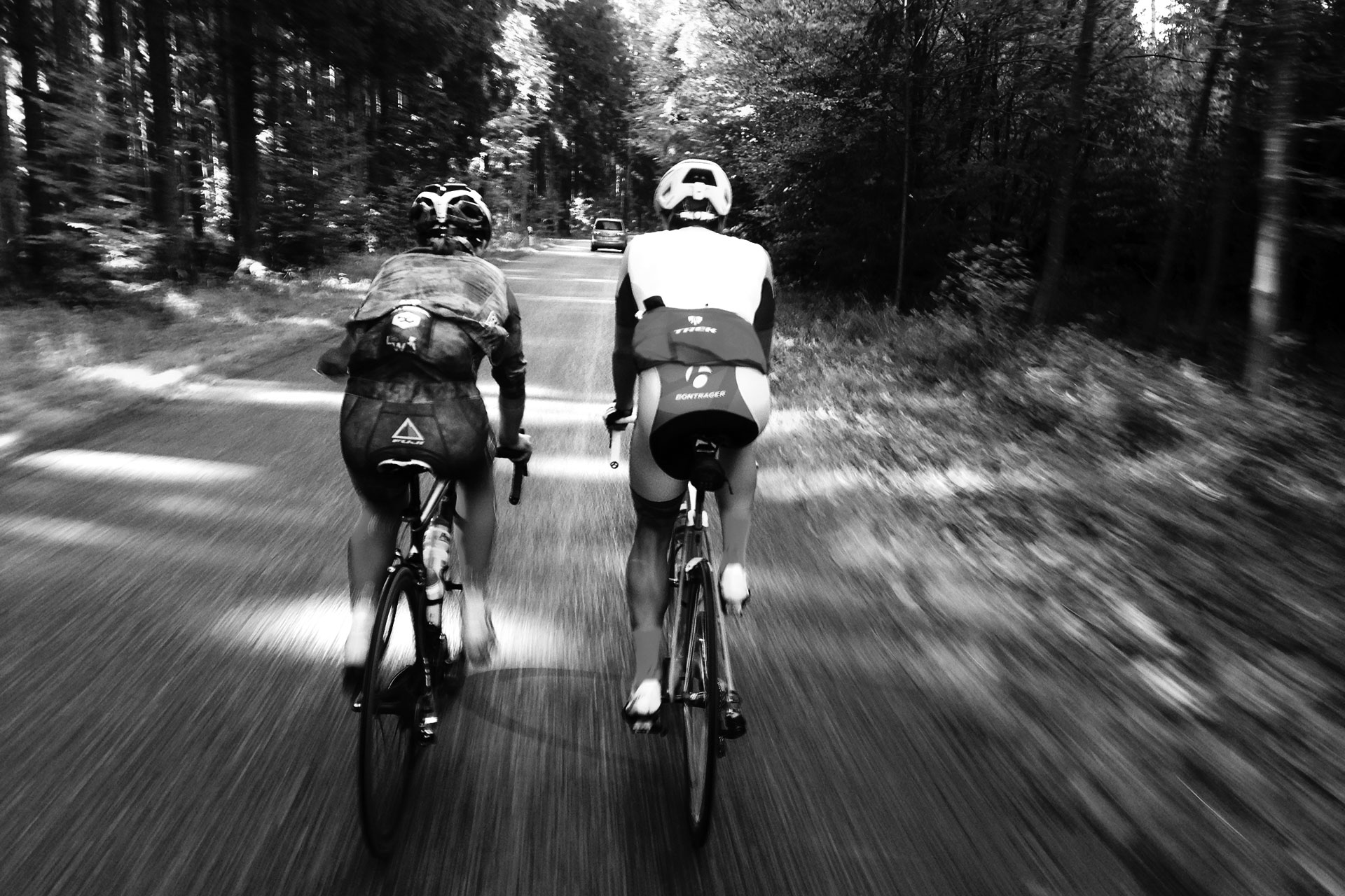 SUGAR & PAIN ENDLESS SEASON RIDE 17 Indian Summer, Rennrad und viel Espresso / Im Windschatten der jungen Wilden, Markus und Maxi rollt's locker s/w © Stefan Drexl