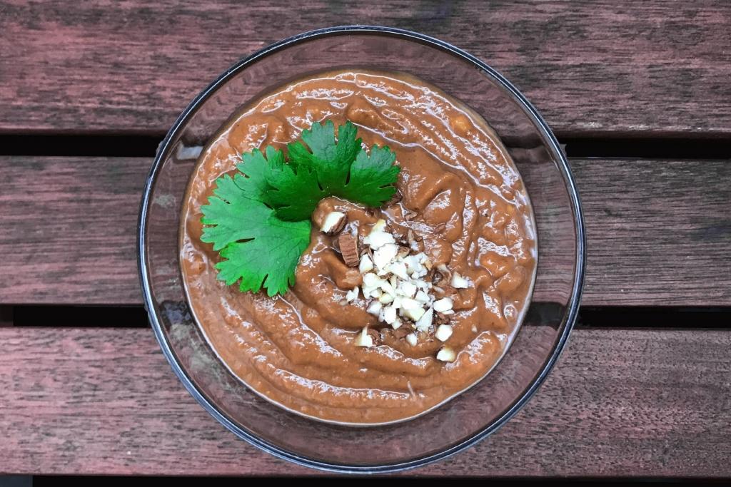 REZEPT: Rollin' Home – Thai Summer Rolls Hausgemacht / DAS KOMMT REIN: Die fertige Erdnusssauce in einer kleinen Schale anrichten © Stefan Drexl