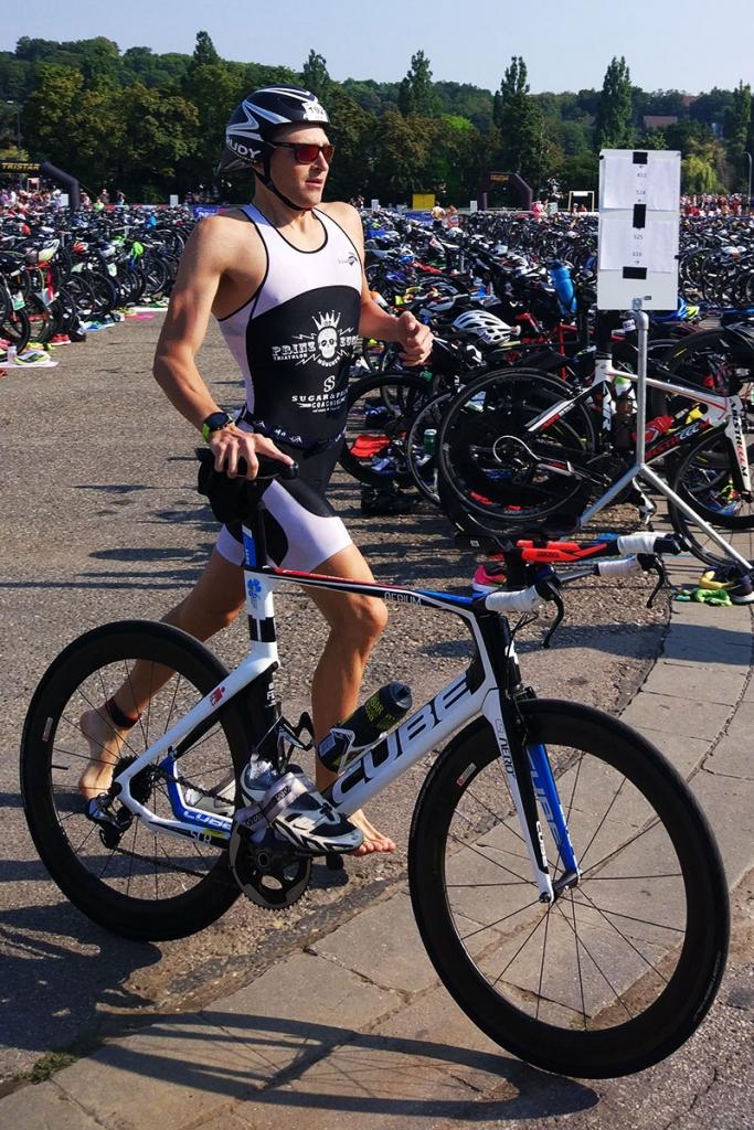 TRIATHLON REGENSBURG 2018 Sven Pollert feiert seinen ersten Sieg / Der erste Wechsel auf die Radstrecke / FOTO Gabi Pollert