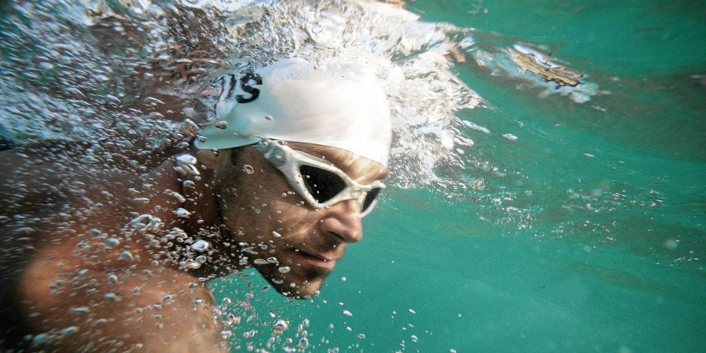 SCHWIMMEN IM TRIATHLON Keine Angst vor der ersten Disziplin / Die Schwimmbrille unter der Schwimmkappe sorgt für sicheren halt © rauschendorfer