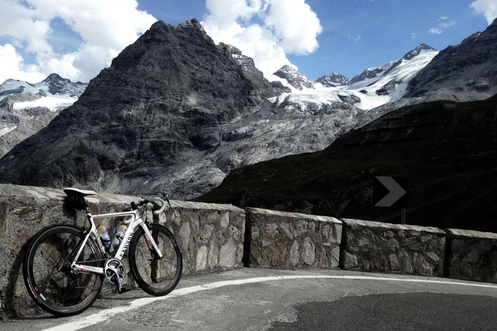 PAPA IS A RIDING STONE Mit dem Rennrad über Stelvio, Sella und Valparola 2 / Demütiger Blick auf das imposante Ortler Massiv mit seinen Gletscherkappen © stefandrexl.com