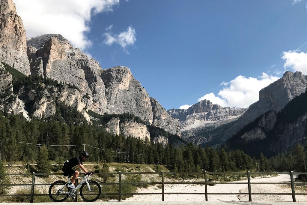 PAPA IS A RIDING STONE Mit dem Rennrad über Stelvio, Sella und Valparola 2 / Kurz hinter Alta Badia ragen die senkrechten Felsen der Cima Cunturines empro bevor es in den Anstieg zum Valparola geht.  . © stefandrexl.com