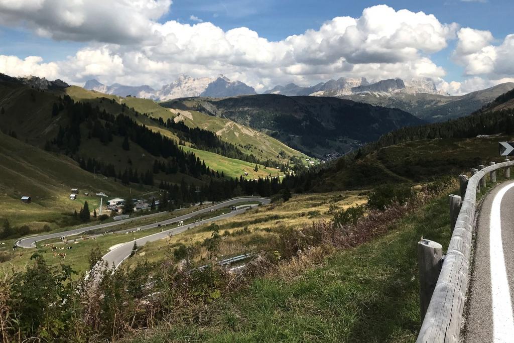 PAPA IS A RIDING STONE Mit dem Rennrad über Stelvio, Sella und Valparola 2 / Der Blick hinunter nach Arabba während des Auffahrt auf das Pordoi © stefandrexl.com