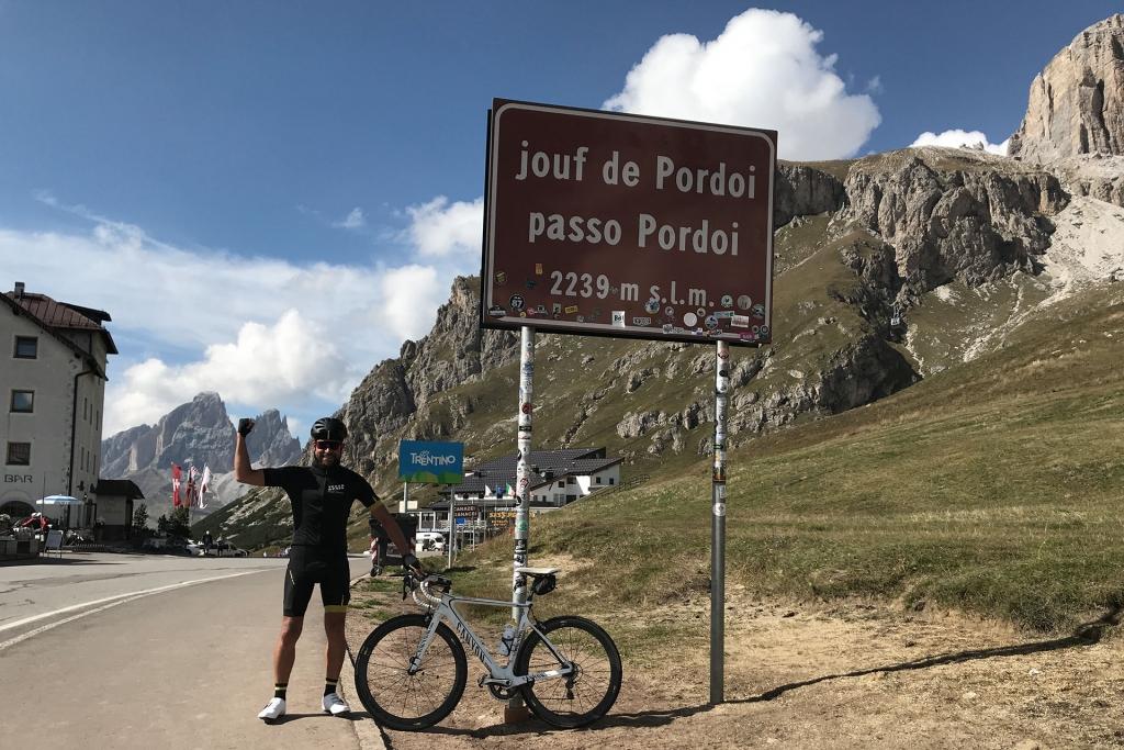 PAPA IS A RIDING STONE Mit dem Rennrad über Stelvio, Sella und Valparola 2 / Der Passo Pordoi am Fusse des Sella Turms, die vorletzte Passhöhe des Tages © stefandrexl.com