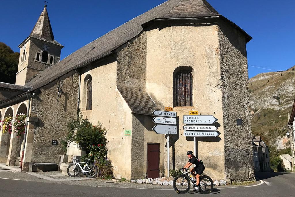 COL DU TOURMALET Ein Jugendtraum mit dem Rennrad / Im Bergdorf Saint-Marie-de-Campan geht's rechts ab, hinauf zum Col du Tourmalet © stefandrexl.com
