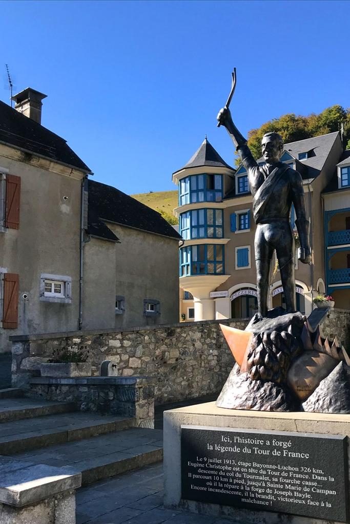 COL DU TOURMALET Ein Jugendtraum mit dem Rennrad / Die Statue der Radsportlegende Eugene Christophe im Bergdorf Saint-Marie-de-Campan © stefandrexl.com