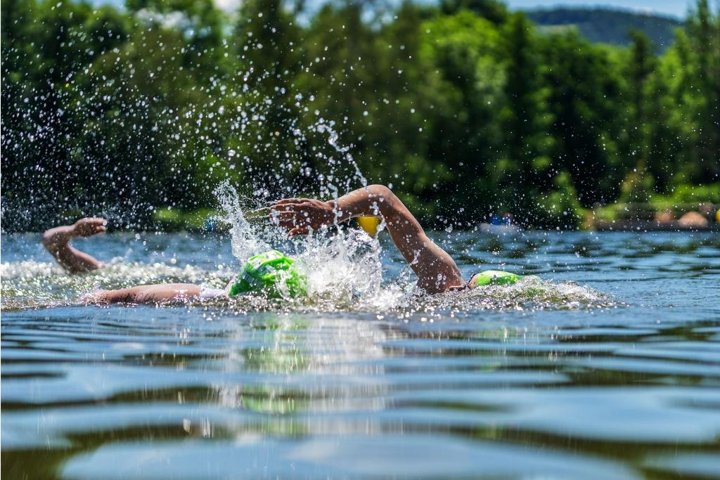 SWIMINAR OPEN Chiemsee / Schwimmseminar für richtige Kraultechnik im Freiwasser / Richtige Orientierung und schwimmen im Wasserschatten sind nur zwei essentielle Bausteine im Freiwasser © SUGAR & PAIN / Adobe Stock