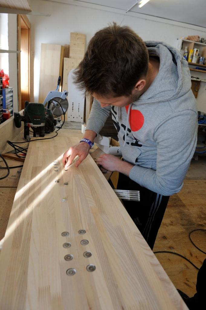 Unter fachlicher Anleitung und mit viel Spaß kann man bei Build 2 Ride mit einem Brettlbau-Seminar sein individuelles Snowboard oder Paar Ski selbst bauen.