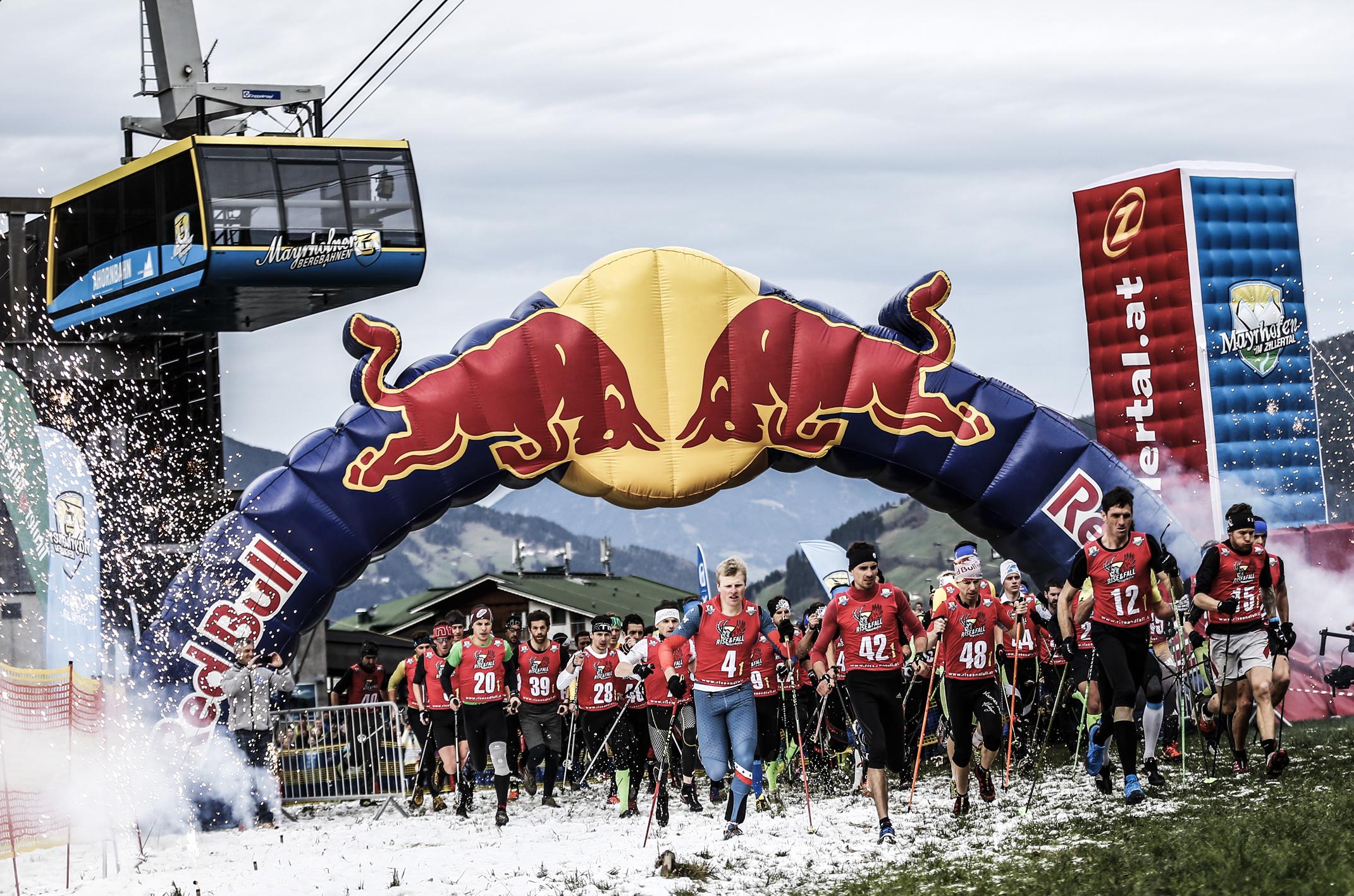 Athleten, die vor der eindrucksvollen Mayrhofner Kulisse über sich hinauswachsen, Zuschauer, die mit den Sportlern leiden und sie unermüdlich antreiben, dass zeichnet den RISE AND FALL in Mayerhofen aus. Der einzigartige Staffelwettbewerb mit den vier Disziplinen Skibergsteigen, Paragleiten, Mountainbiken sowie Ski beziehungsweise Snowboard hat unter Athleten und Publikum bereits einen Kultstatus erreicht. Ich habe mich am Freitag auf den Weg ins Zillertal gemacht, um mir bei von der dritten Auflage des knackigen Rennformats einen Eindruck zu verschaffen.Athleten, die vor der eindrucksvollen Mayrhofner Kulisse über sich hinauswachsen, Zuschauer, die mit den Sportlern leiden und sie unermüdlich antreiben, dass zeichnet den RISE AND FALL in Mayerhofen aus. Der einzigartige Staffelwettbewerb mit den vier Disziplinen Skibergsteigen, Paragleiten, Mountainbiken sowie Ski beziehungsweise Snowboard hat unter Athleten und Publikum bereits einen Kultstatus erreicht. Ich habe mich am Freitag auf den Weg ins Zillertal gemacht, um mir bei von der dritten Auflage des knackigen Rennformats einen Eindruck zu verschaffen.