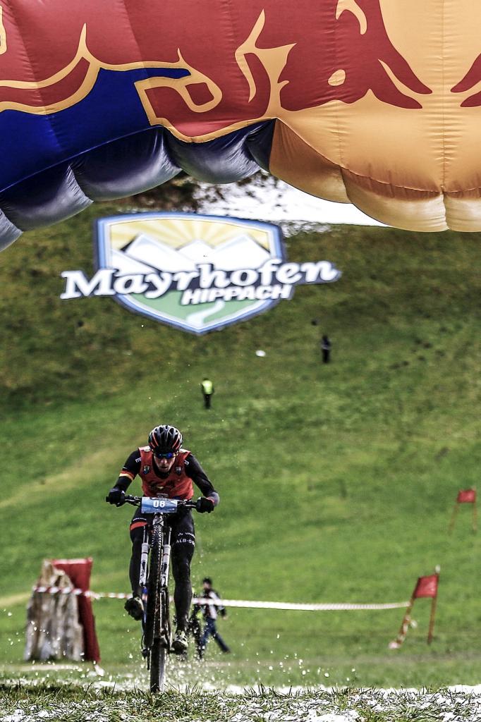 Der Paragleiter lief mit seinem Schirm auf dem Rücken die letzten Höhenmeter zur Wechselzone, wo er das Startsignal für den Berglauf des Skifahrers auslöste. Er durfte den Ladehügel der örtlichen Skisprungschanze hinauflaufen und nach einem kräfteraubenden Trail an den Mountainbiker übergeben. Dieser absolviert die alles entscheidenden letzte Etappe mit fast 400 Höhenmeter bergan und Downhill zum Finish