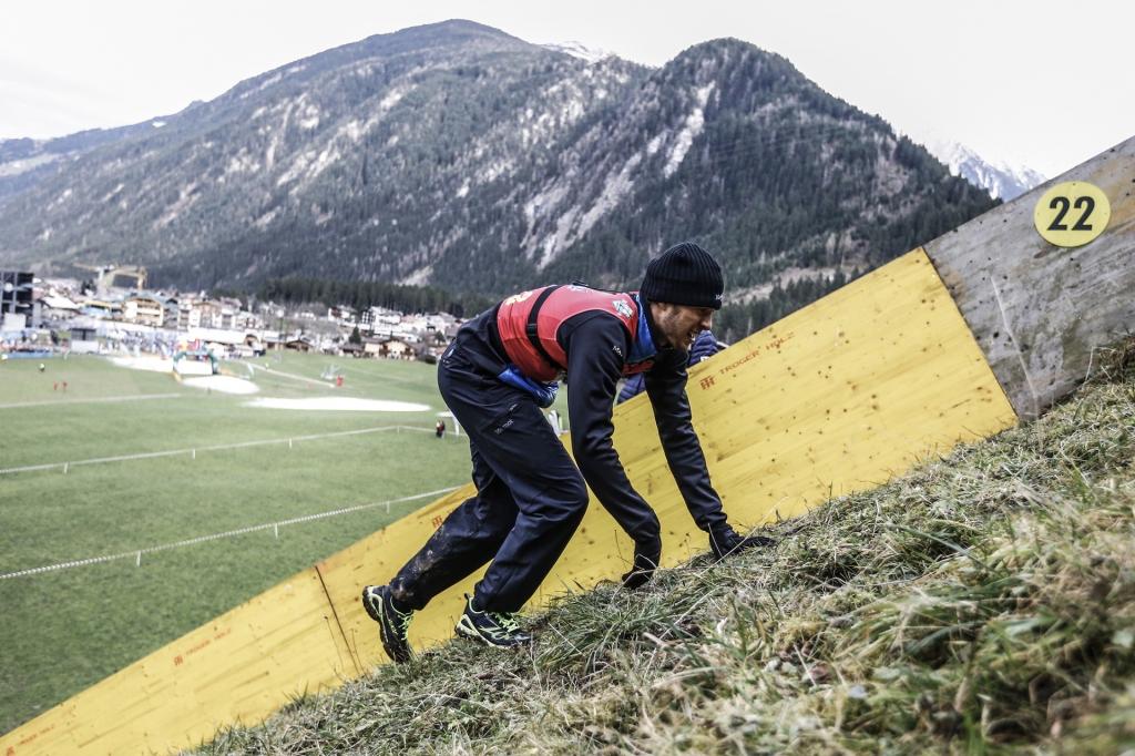 Den Ladehügel der Skisprungschanze hinauf, anstatt mit Ski downhill. Für viele Athleten Neuland beim dritten RISE AND FALL 2014 in Mayerhofen