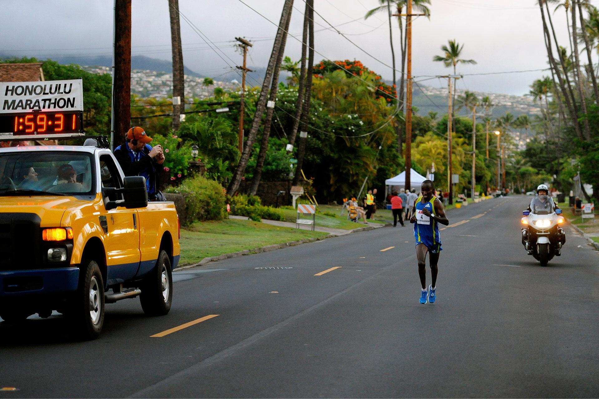 Honolulu Marathon 2010: Mit Aloha durch das Blaue Paradies / Nicholas Chelimo aus Kenia auf dem Weg zum Sieg ©stefandrexl.de