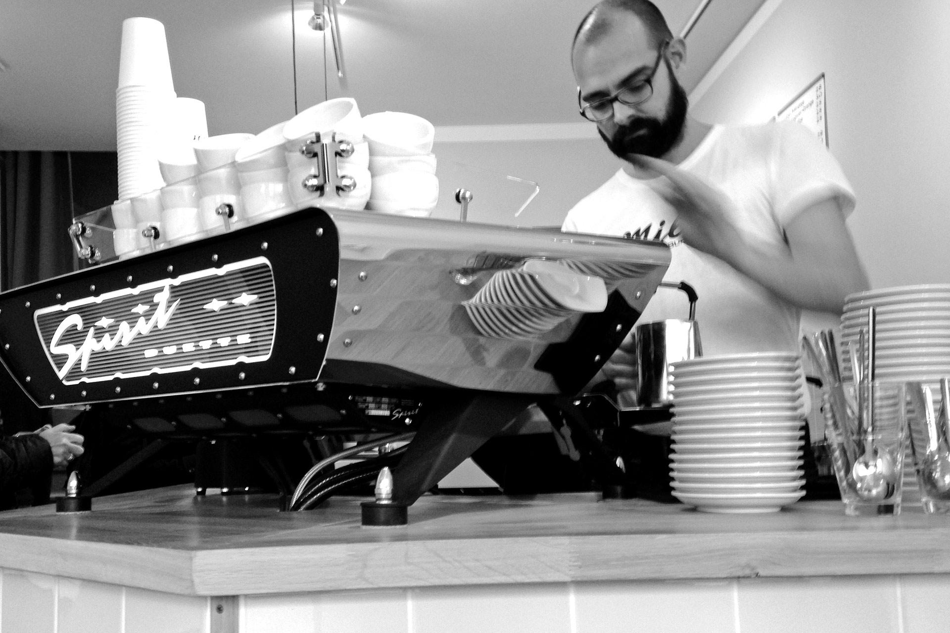 KOFFEIN IM BLUT: Ein Espresso ist Rennradkultur und macht Druck – handgefertigte Espressomaschine aus Skandinavien in der Caffèteria MILCH in Hamburg © stefandrexl.de