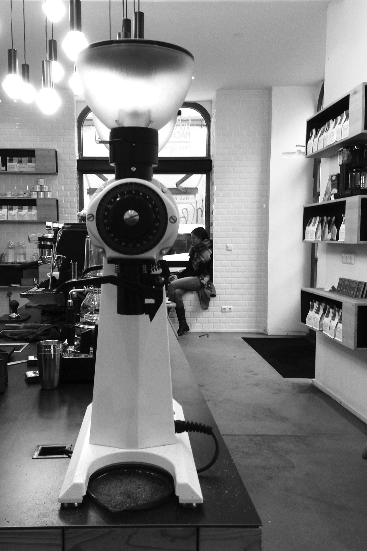 KOFFEIN IM BLUT: Ein Espresso ist Rennradkultur und macht Druck – Legendäre Kaffeemühle von Mahlkönig in der Café Rösterei MAN VERSUS MACHINE © stefandrexl.de