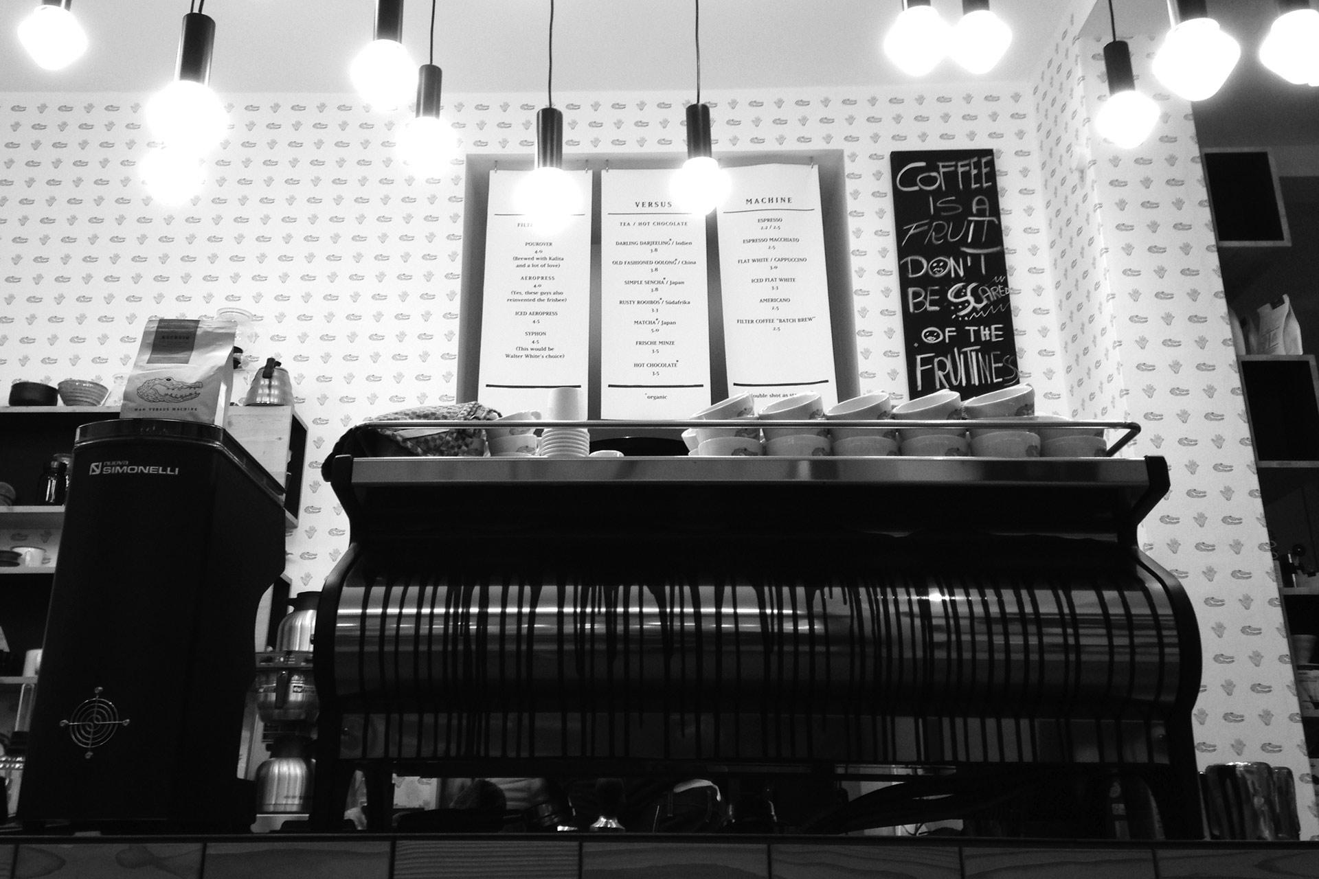 KOFFEIN IM BLUT: Ein Espresso ist Rennradkultur und macht Druck – Espressomaschine in Handmanufaktur gefertigt in der Café Rösterei MAN VERSUS MACHINE © stefandrexl.de