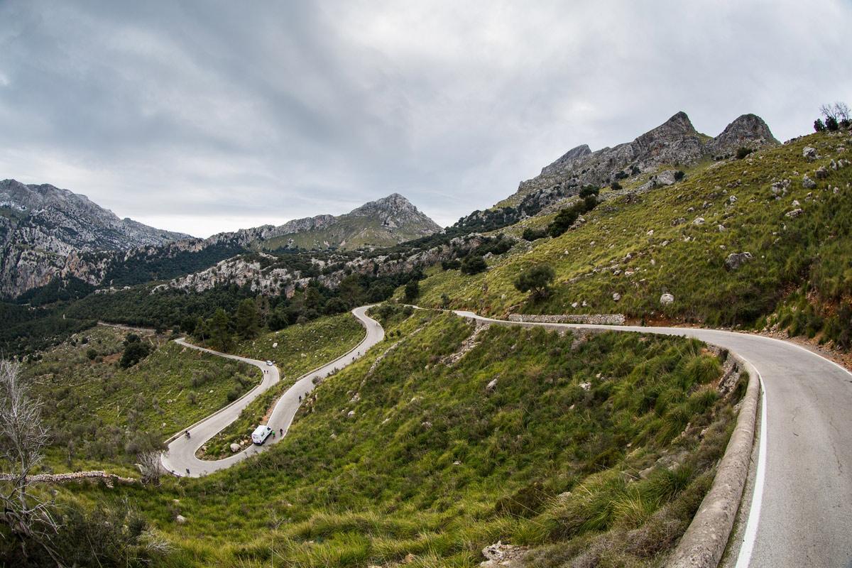 ON THE ROAD: Irgendwann ist immer das erste Mal(lorca) - Herrlich eingebettet in die pitoreske Felslandschaft Mallorcas winden sich die Serpentinen am Bergmassiv entlang ©irmokeizer.com